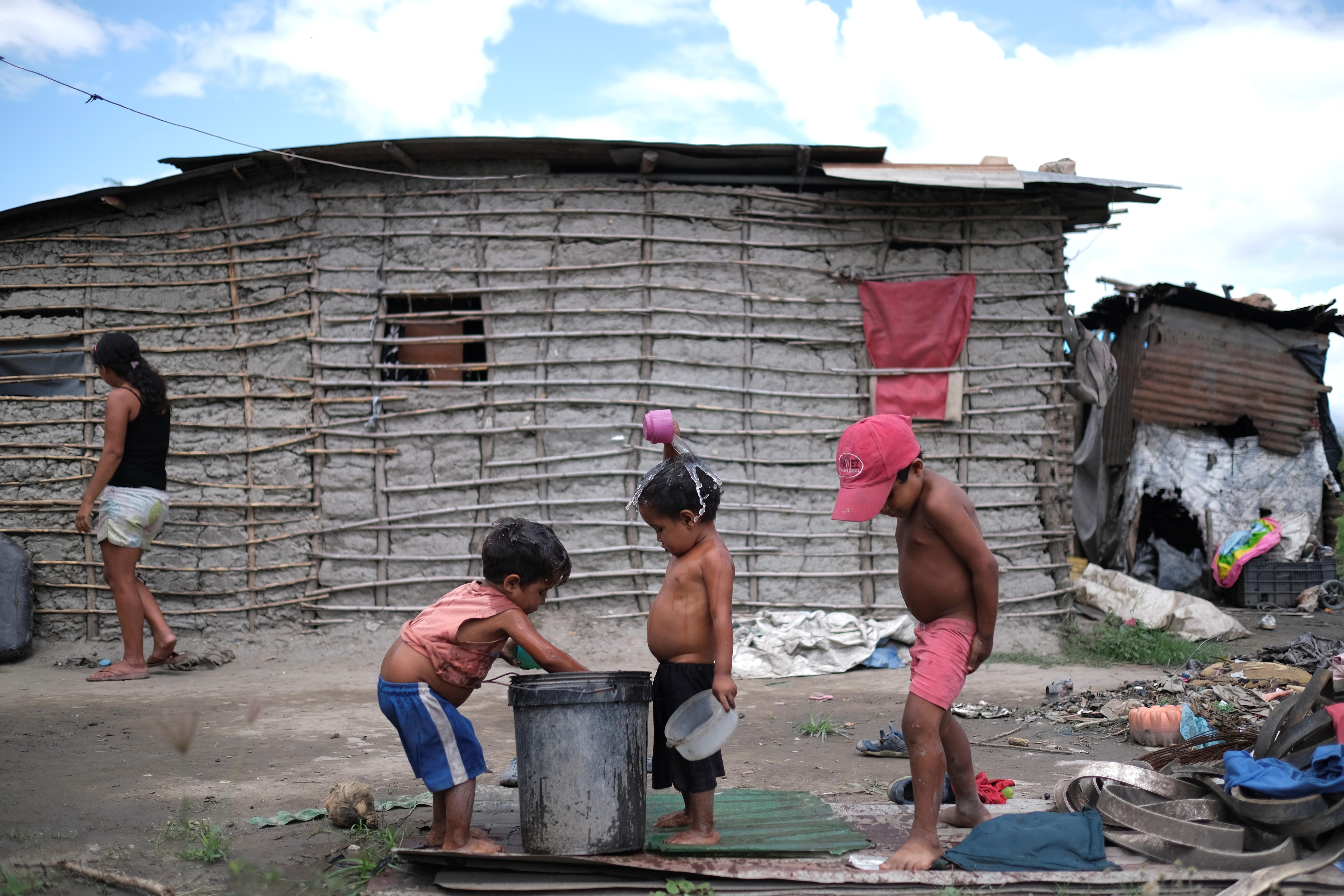 Pastor, de 3 años, y Josue, de 4, están rodeados de basura. Ellos también sufren desnutrición (REUTERS/Carlos García Rawlins)