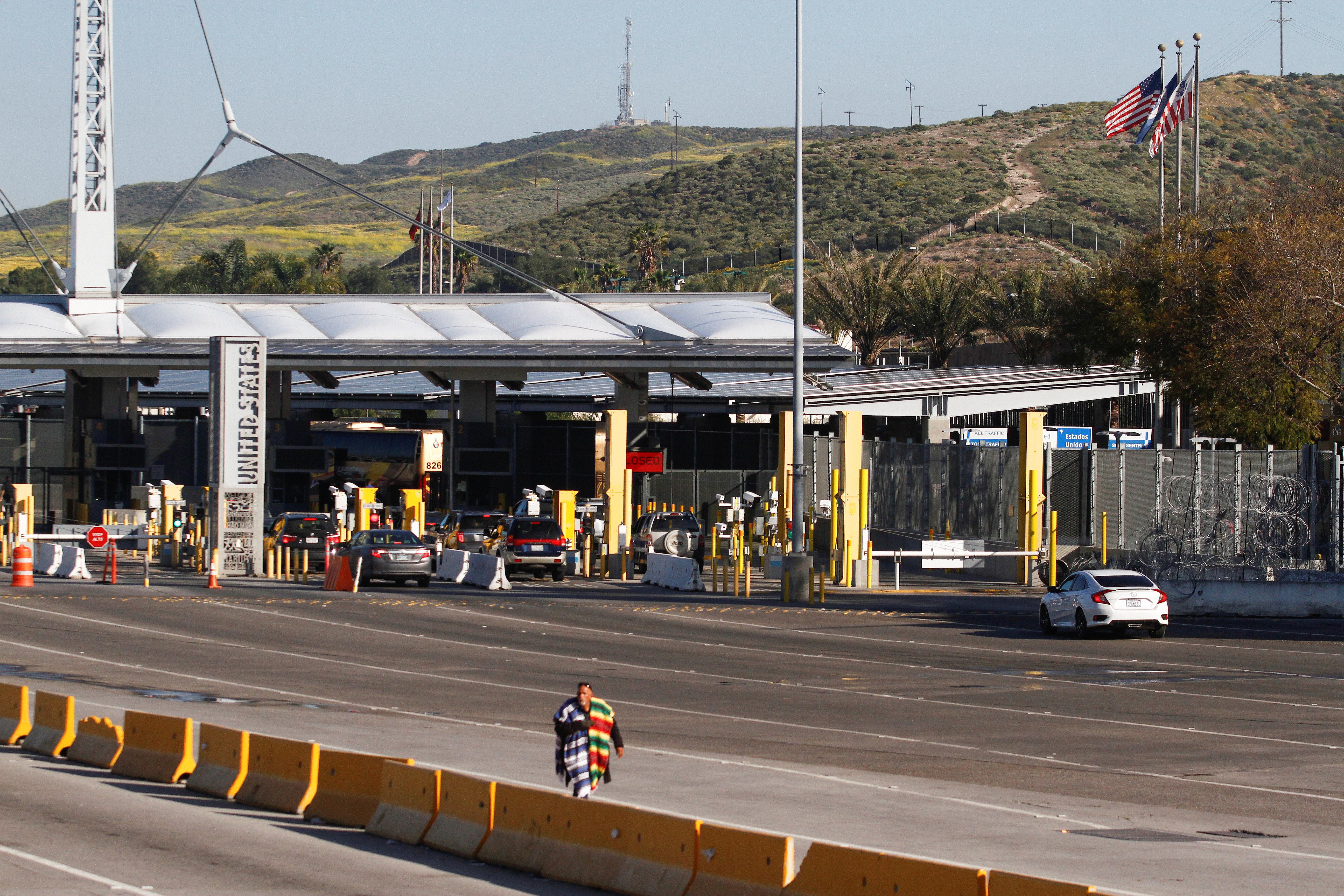 Una vista general muestra un paso froterizo entre México-EE. UU casi vacio. El paso de San Ysidro después de que Estados Unidos y México acordaron restringir los viajes no esenciales sobre su frontera compartida para limitar la propagación de la enfermedad por coronavirus (COVID-19), en Tijuana, México, 21 de marzo de 2020.