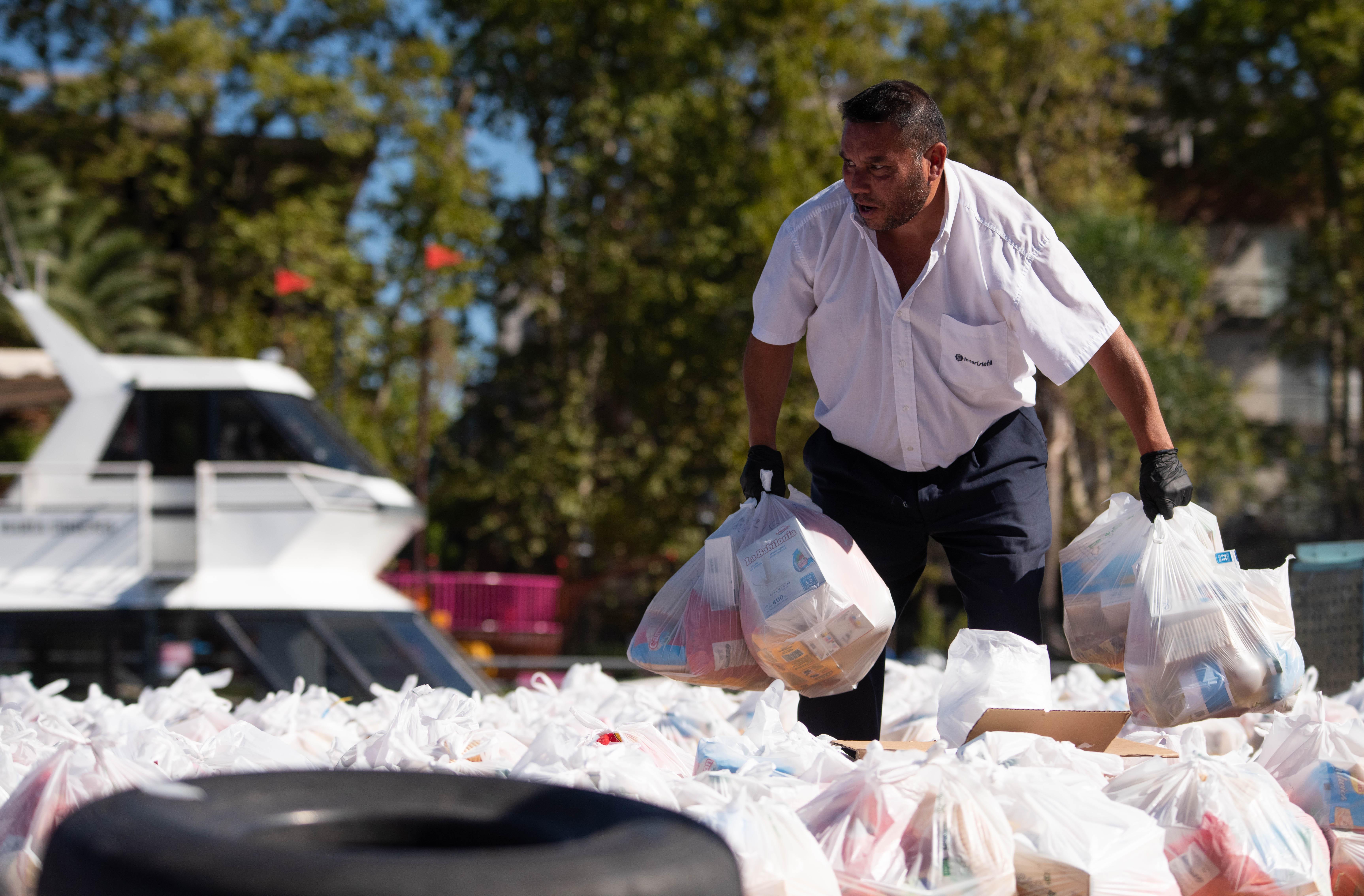 Bolsas de alimentos y libros escolares para que a los alumnos de las escuelas del Delta del Tigre no les falte el plato de comida y puedan estudiar durante la cuarentena.