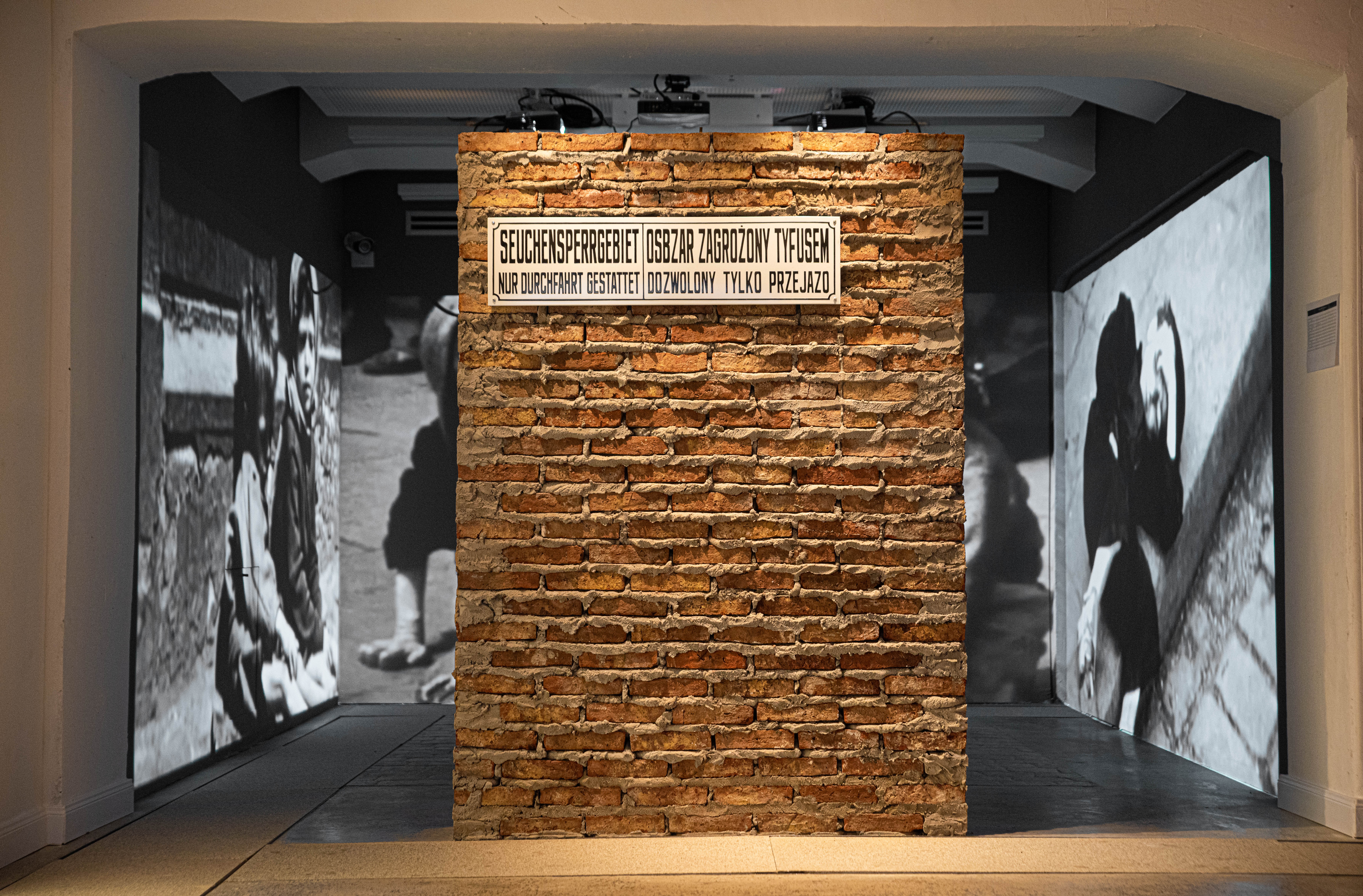 En el Museo del Holocausto hay un espacio para buscar información de los guetos. Hubo cerca de 1.200. Se pueden consignar las condiciones infrahumanas de vida: el hacinamiento, el hambre, el trabajo forzado. También la biografía de los sobrevivientes.