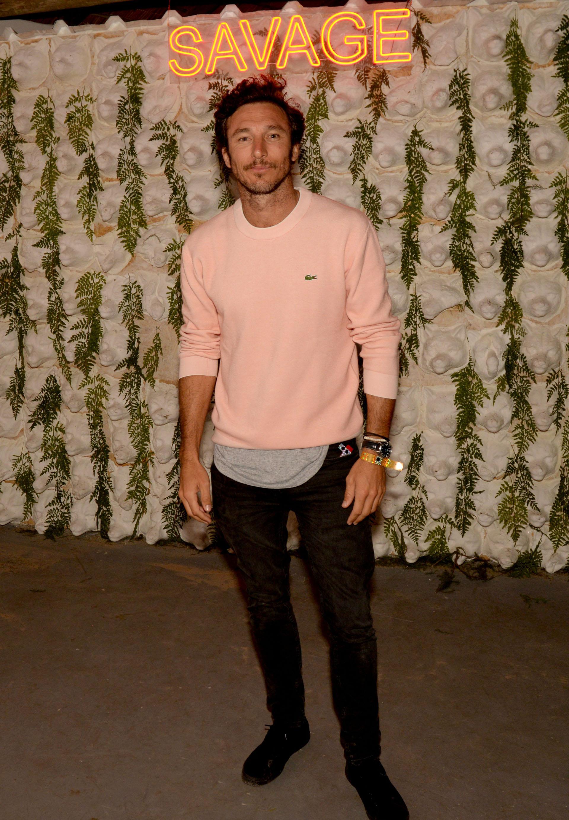 Pico Mónaco con un sweater de hilo rosa, el color más elegido por los hombres en el verano 2020