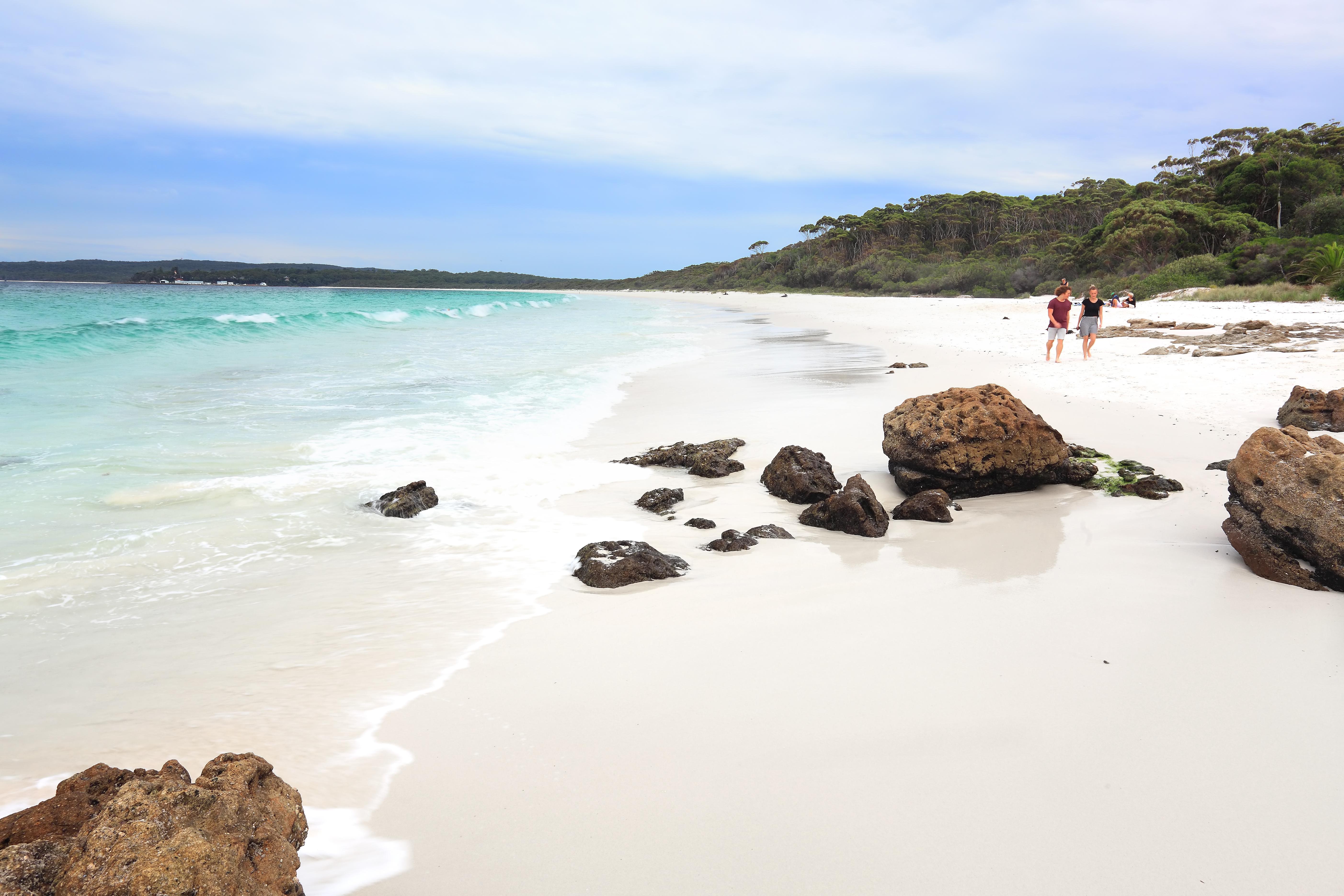 Ubicado en la costa sur de Nueva Gales del Sur, este tramo de arena digno de una postal a lo largo de la Bahía Jervis invita a los viajeros a disfrutar de aventuras submarinas en aguas cristalinas o hundir los dedos de los pies en las arenas más blancas del mundo según el Libro Guinness de los Récords