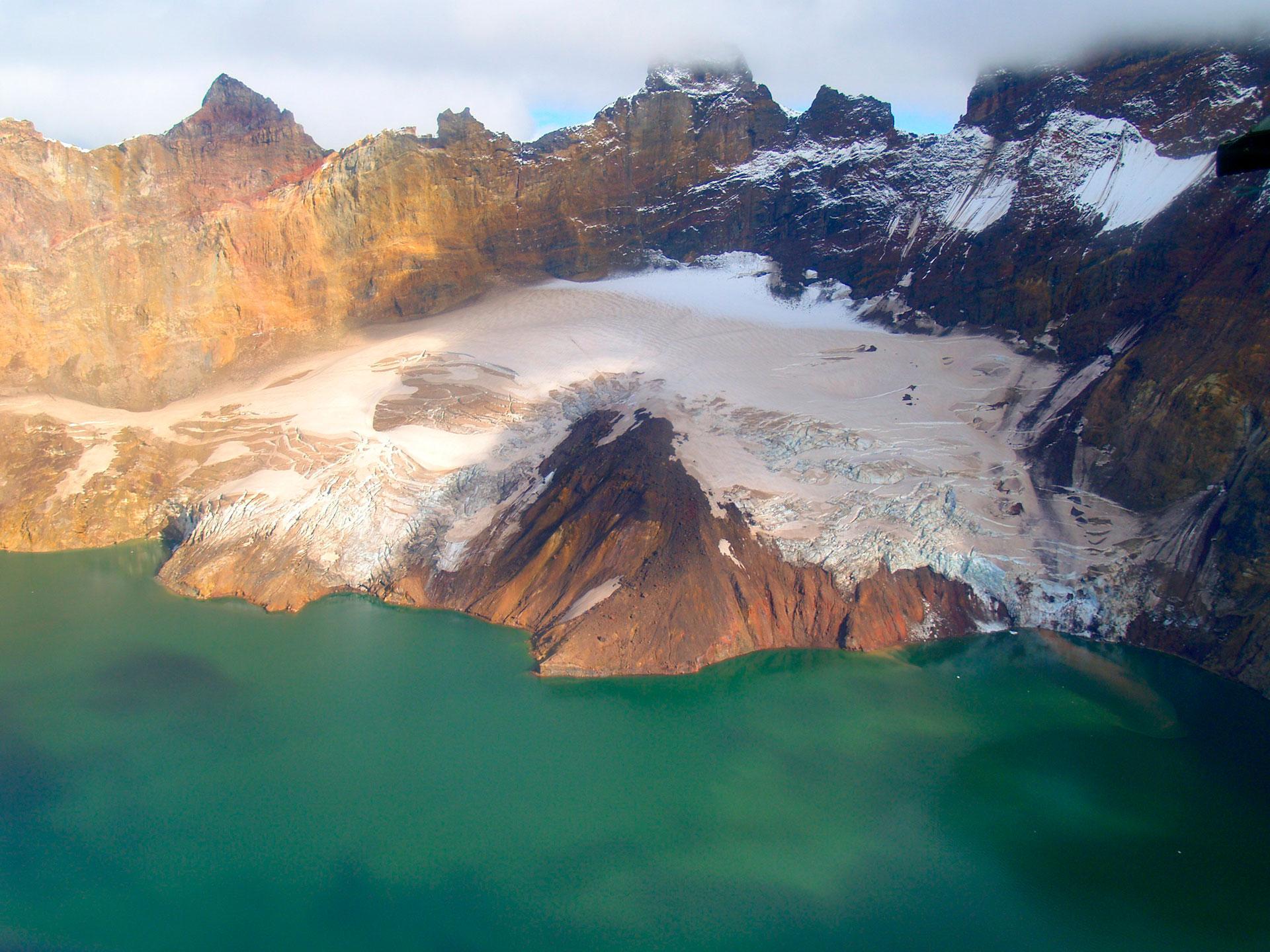 NOVARUPTA - ESTADOS UNIDOS: Flamante volcán que se formó en 1912, situado en la península de Alaska, en el Parque Nacional y Reserva Katmai