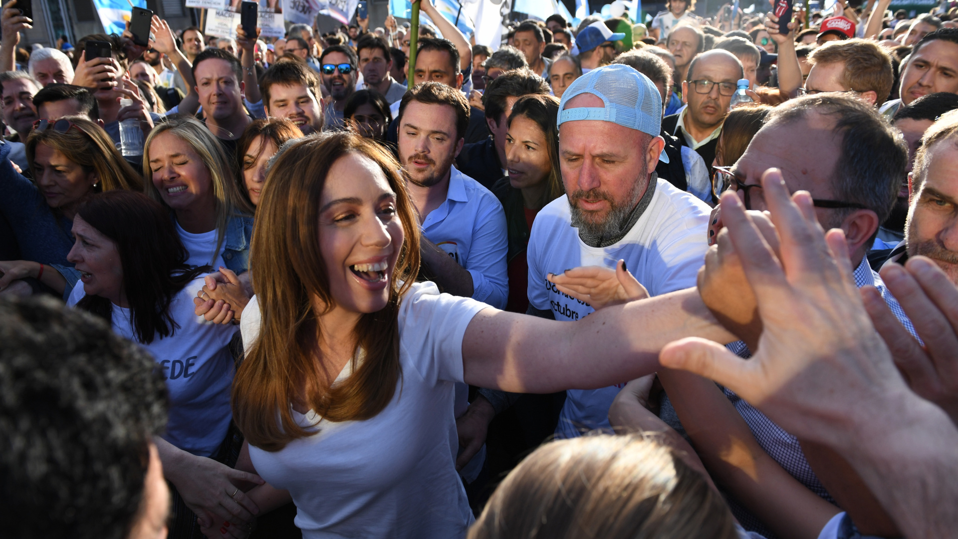 La embajadora de la provincia de Buenos Aires, María Eugenia Vidal, a su llegada al acto. La gobernadora no pudo llegar hasta el palco por la gran cantidad de gente reunida en el lugar y lo vio desde la caja de la camioneta Ford F100 de un asistente