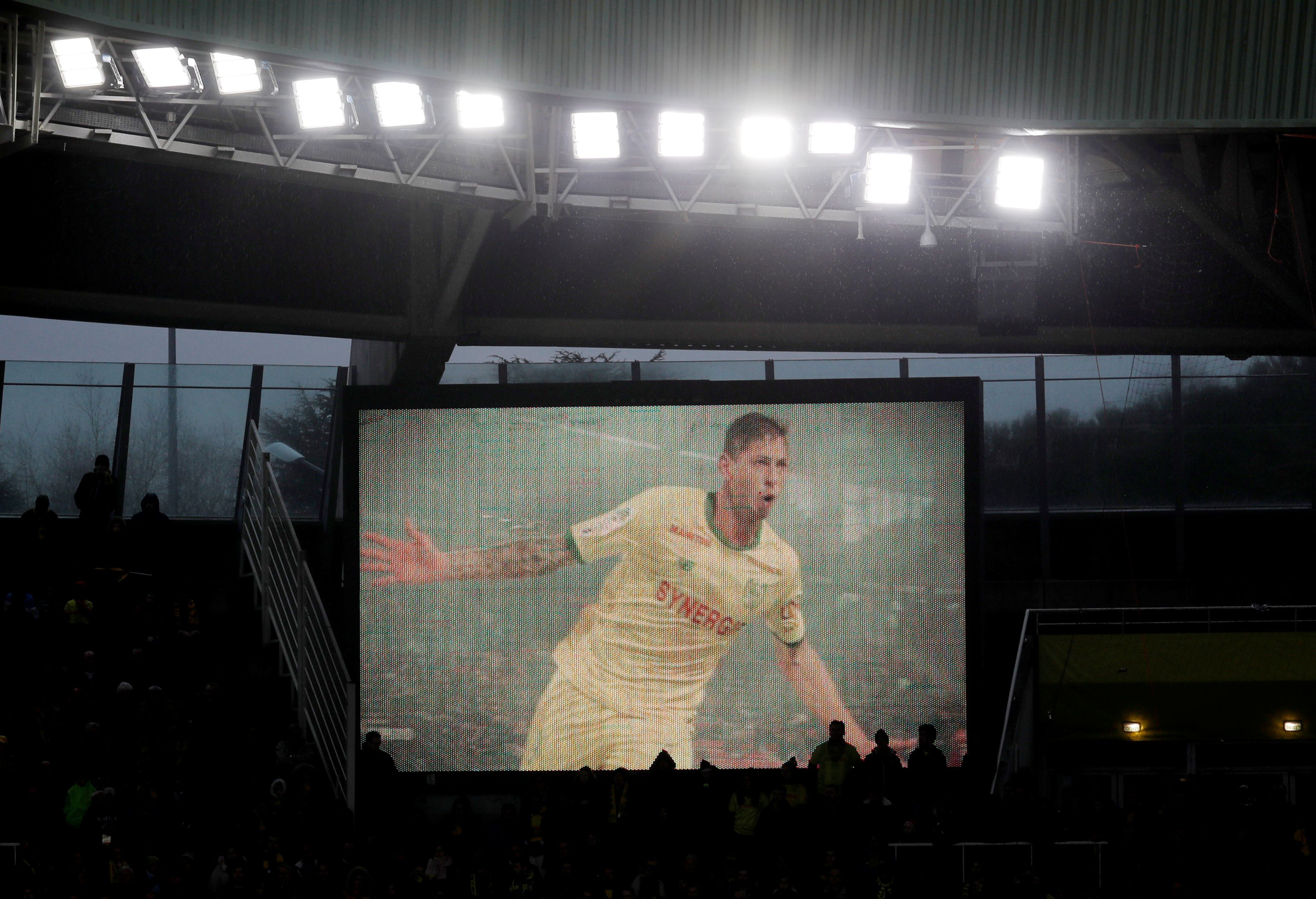 Antes del partido, jugadores, árbitros y público guardaron un minuto de silencio, que fue roto por una atronadora ovación por parte de los hinchas