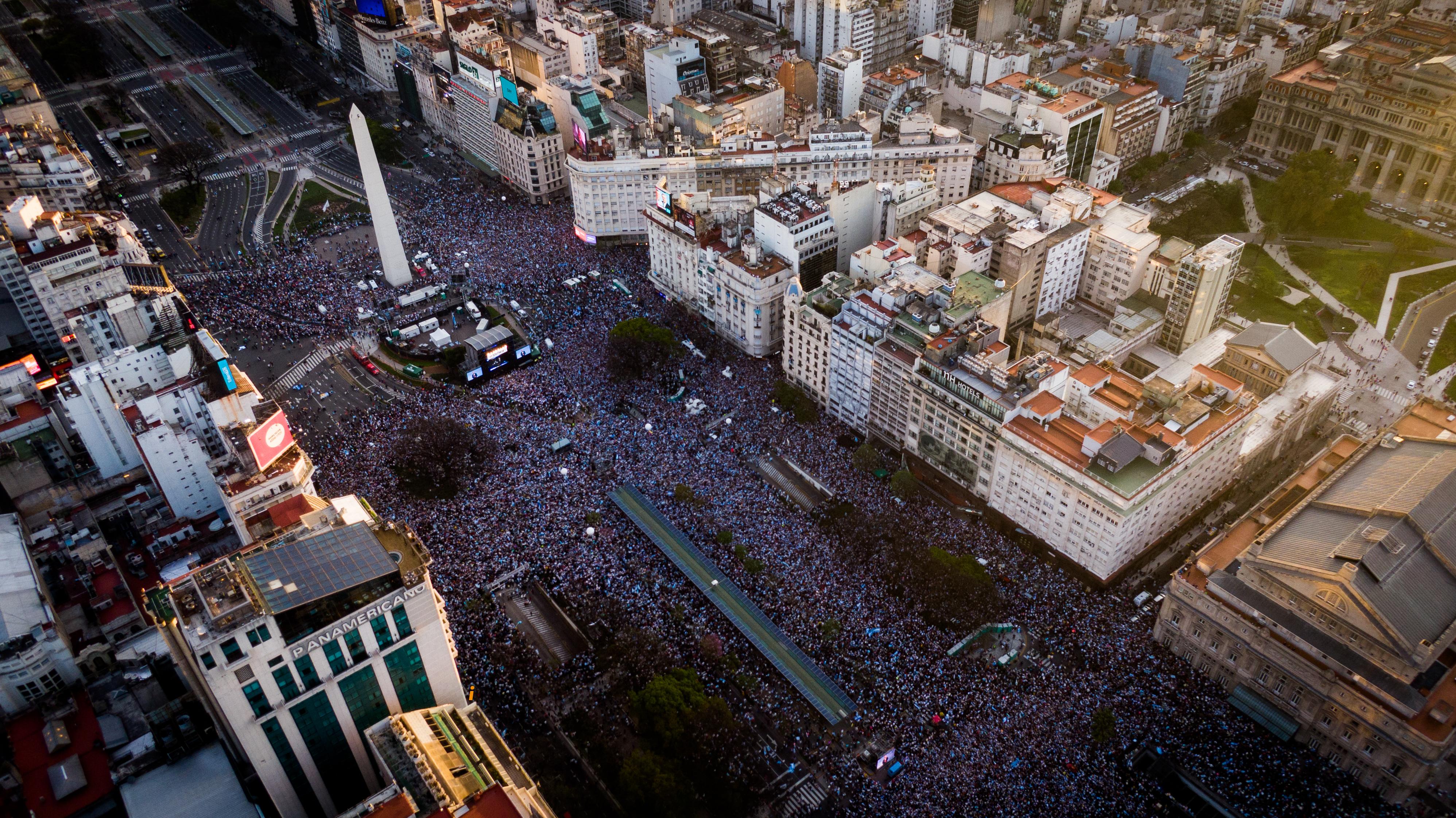 La multitud reunida en el Obelisco desde el drone de Infobae