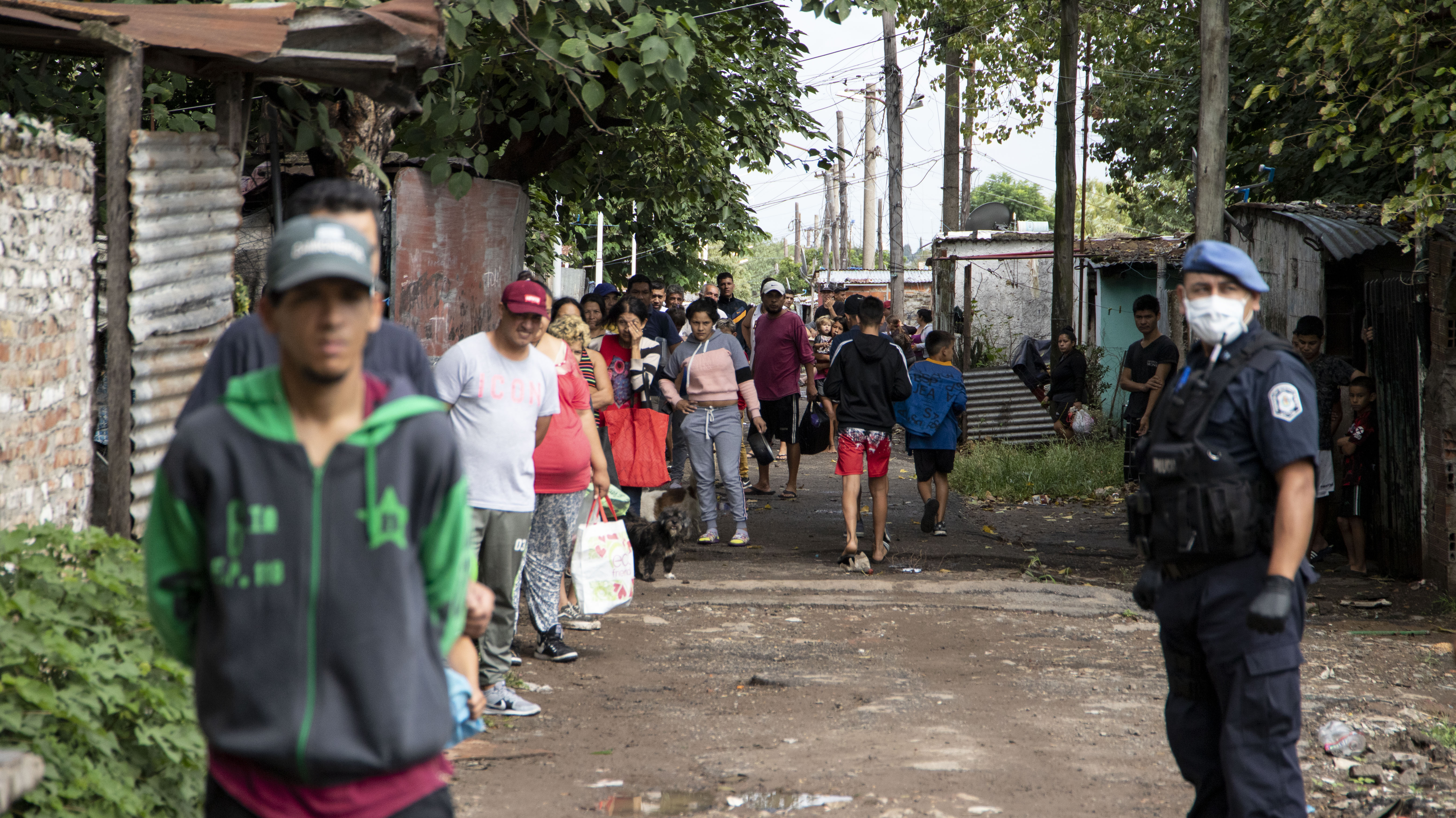 Miles de vecinos rompieron la cuarentena para buscar un plato de comida en el medio de la crisis sanitaria y económica