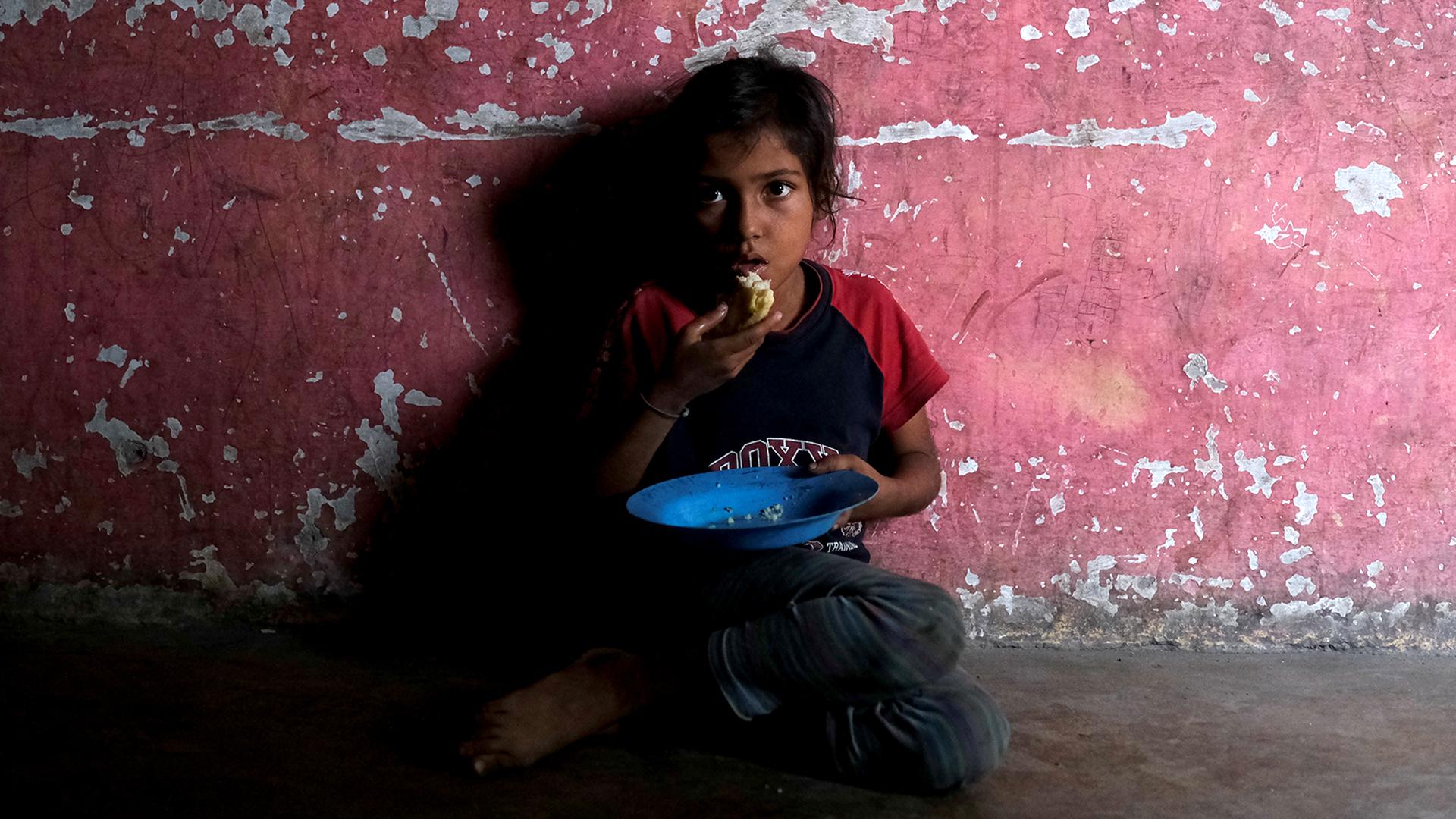 Yinmari Colmenares come en su casa en el oeste del estado venezolano de Lara. Los médicos le advirtieron a su madre que tiene bajo peso para su edad (Reuters)