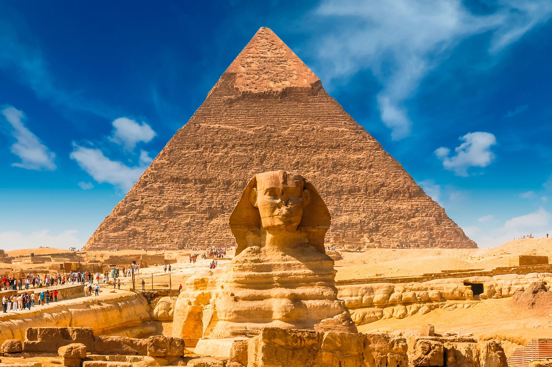 La Gran Esfinge de Guiza es una monumental escultura que se encuentra en la ribera occidental del río Nilo, en la ciudad de Guiza, unos veinte kilómetros al suroeste del centro de El Cairo. Tiene una altura de unos 20 metros aproximadamente, y unos 70 de longitud
