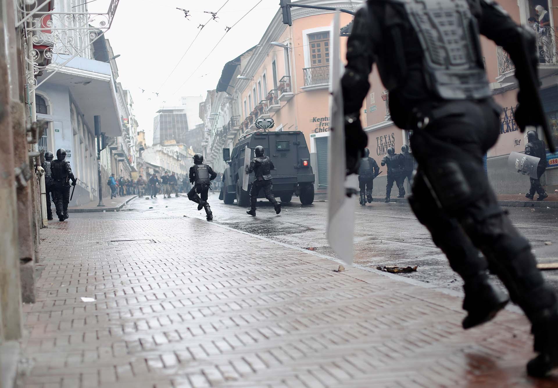 Los manifestantes rompieron las vallas de seguridad que cercaban los alrededores del Palacio de Carondelet (REUTERS/Daniel Tapia)