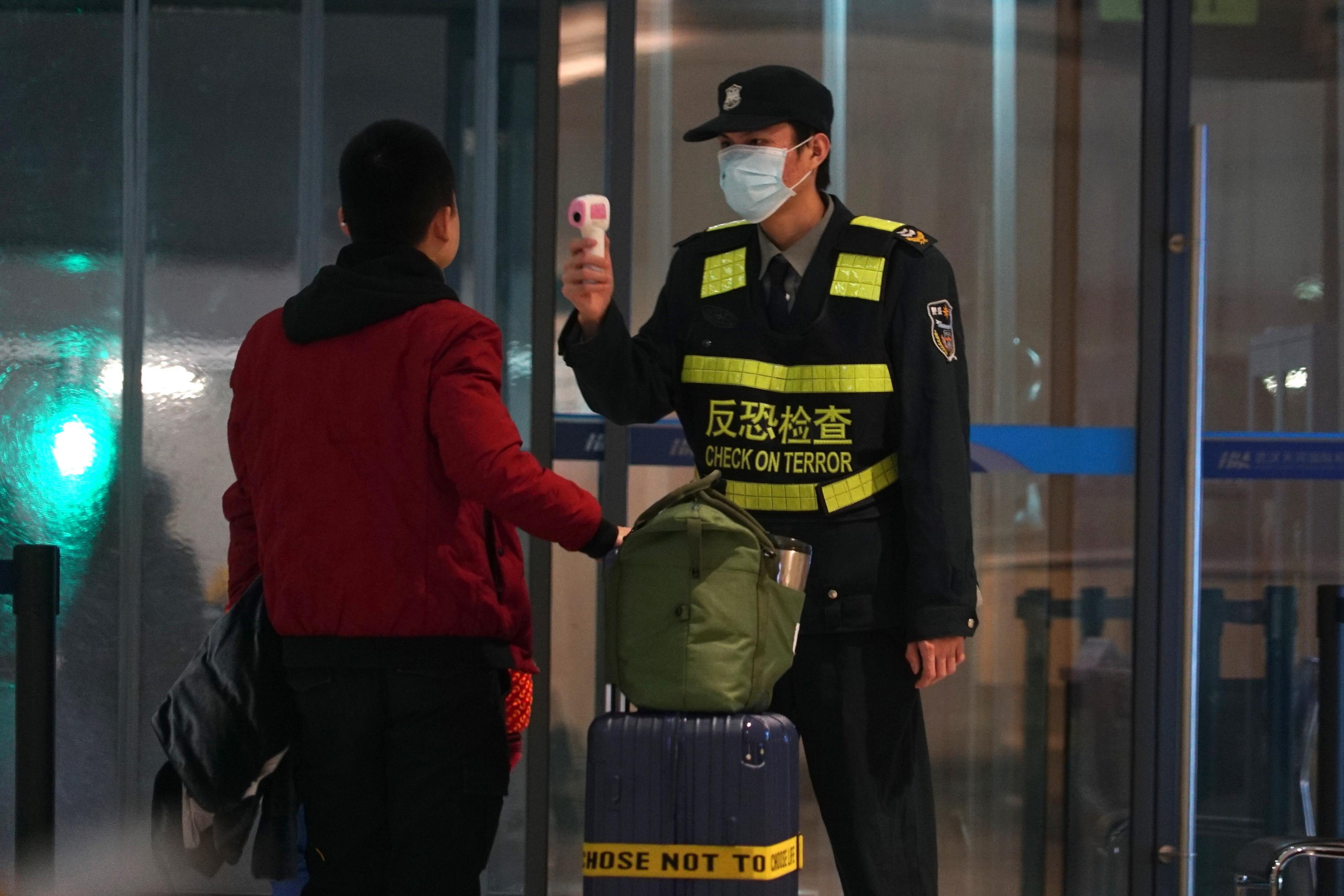 Se tomaron mayores precauciones en China y en otros lugares el martes como gobiernos se esforzó por controlar el brote de un nuevo coronavirus que amenaza con crecer durante el viaje del Año Nuevo Lunar. (Suh Myung-geon / Yonhap vía AP) (Suh Myung-geon / Yonhap vía AP)
