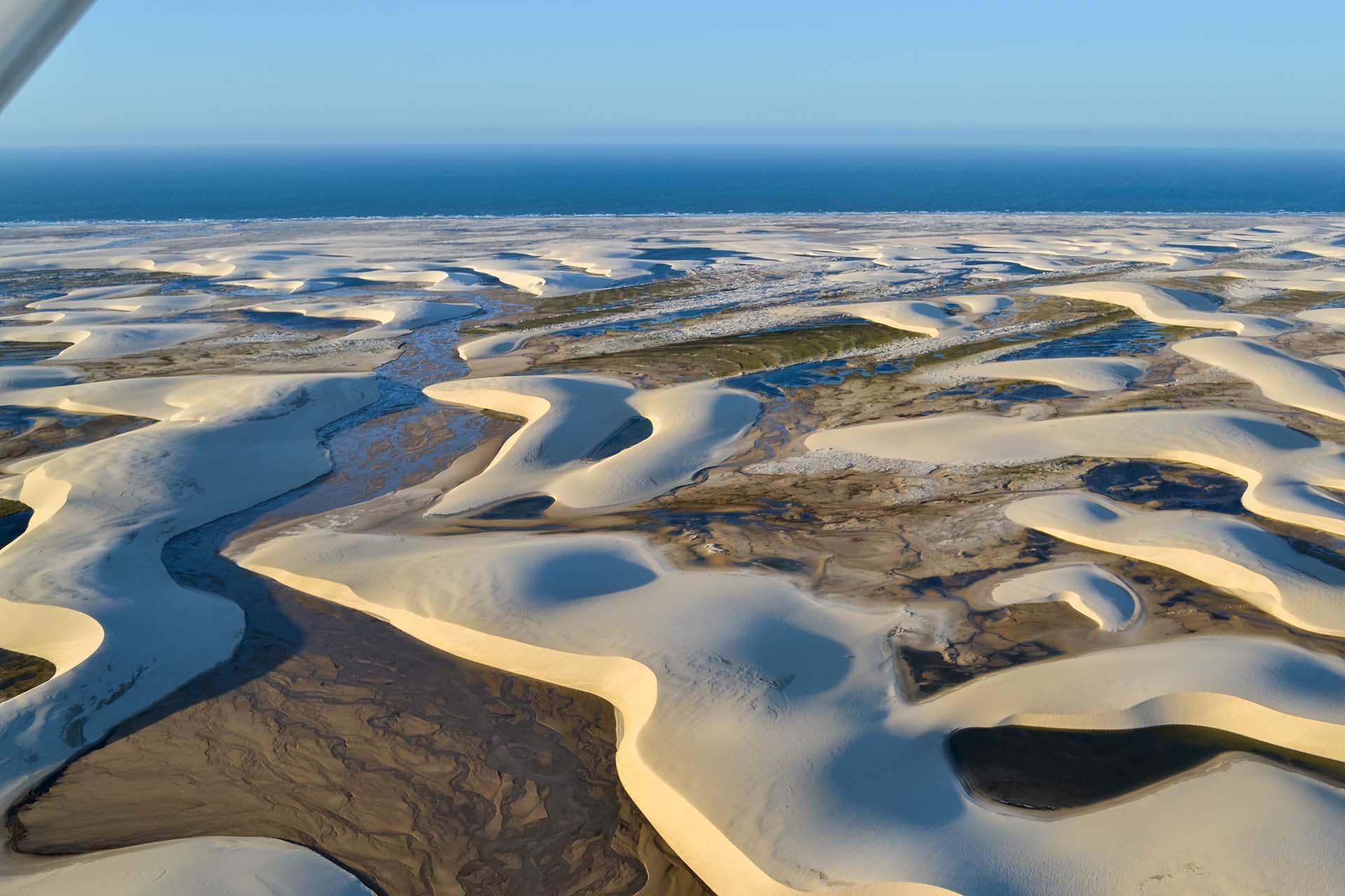 Extendiendo 70 km de la costa del Atlántico norte de Brasil y sobresaliendo 50 km hacia el interior, su nombre significa