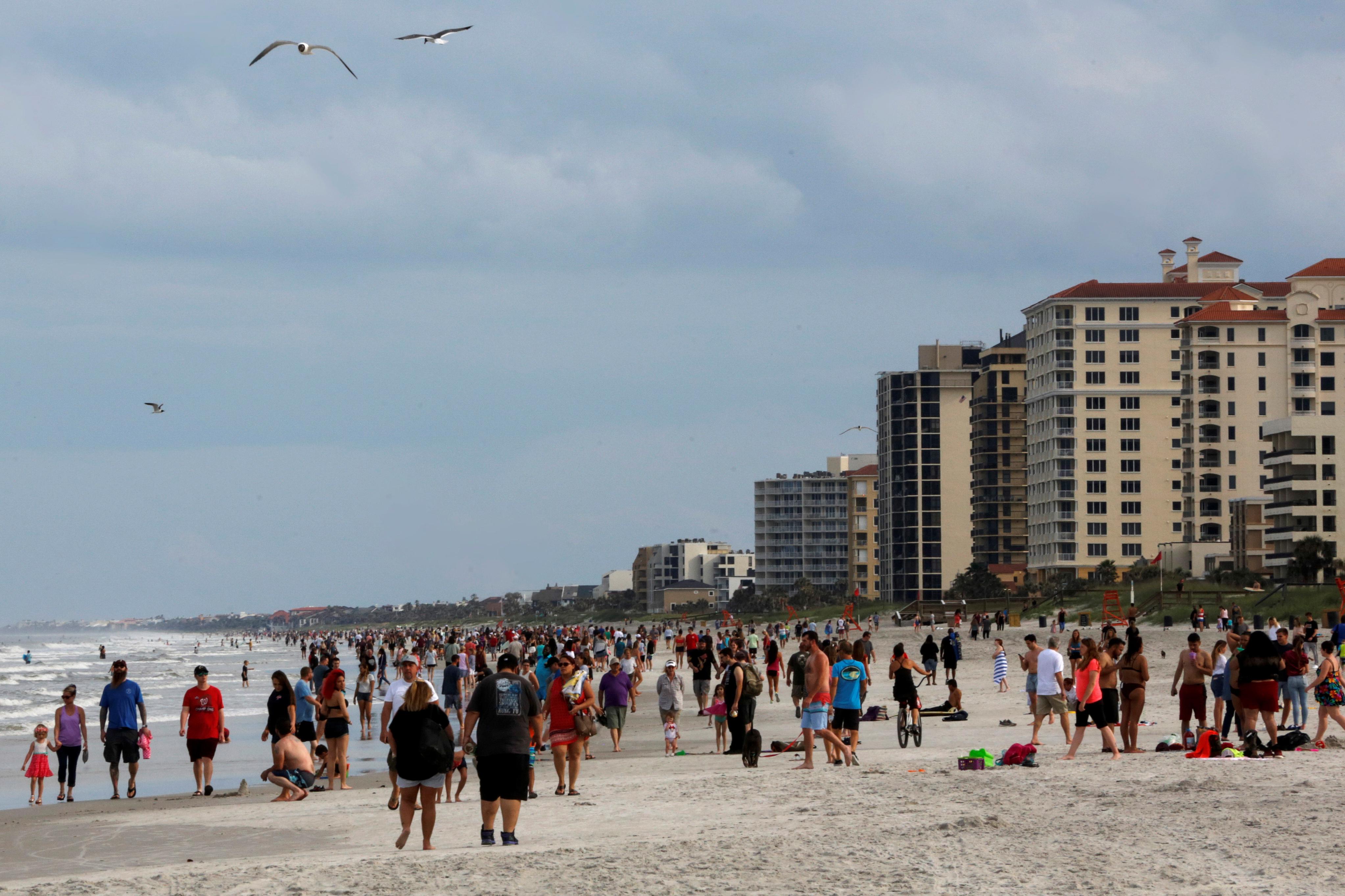 No todos los que acudieron a la playa respetaron el distanciamiento social y pocos acudieron con mascarillas
