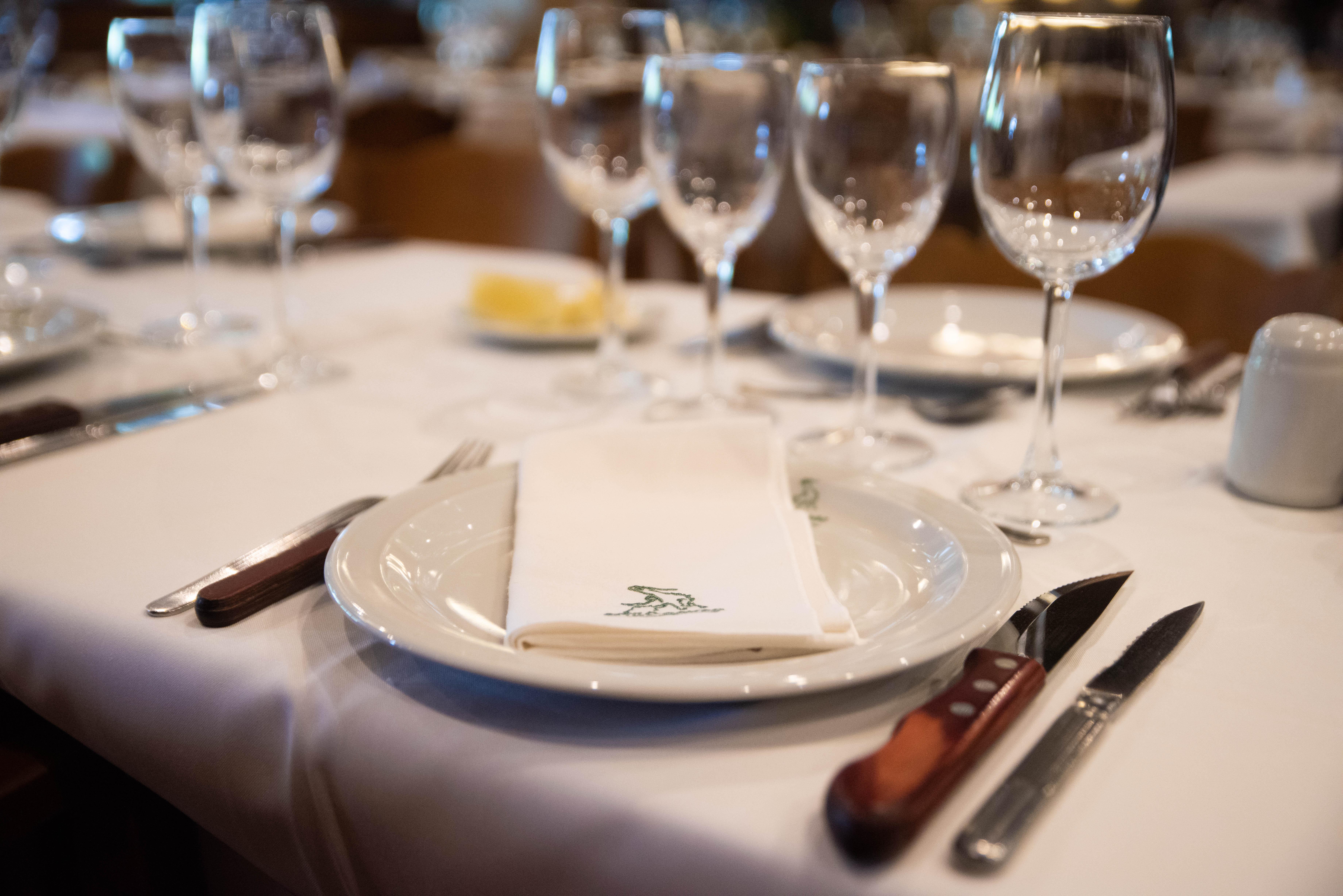 En la mesa, la vajilla siempre es doble. Los cubiertos que sirven están para cortar las achuras y los cubiertos más filosos para cortar las carnes