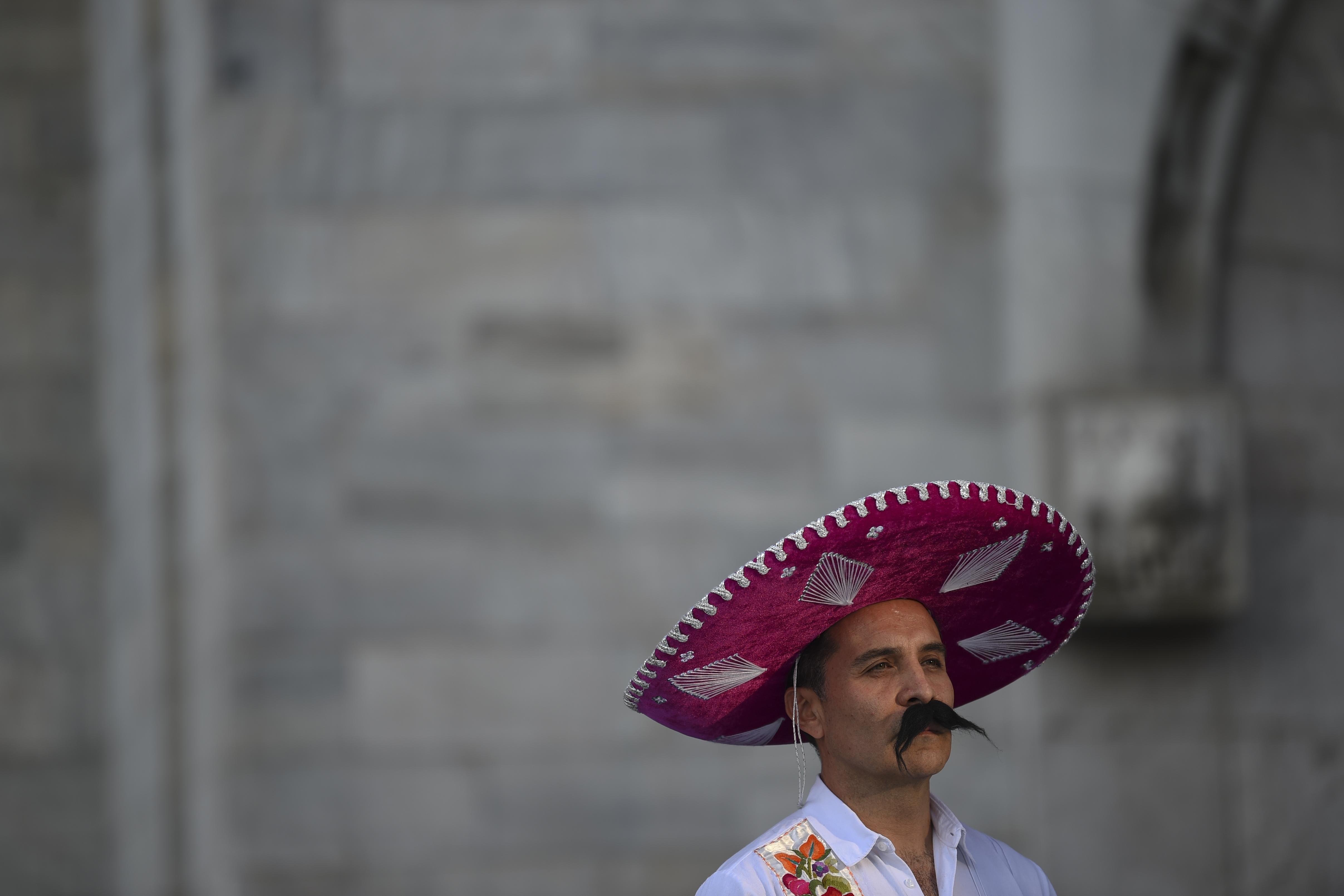 Los asistentes acudieron con diversos atuendos que emulaban al caudillo (Foto: Pedro Pardo/ AFP)