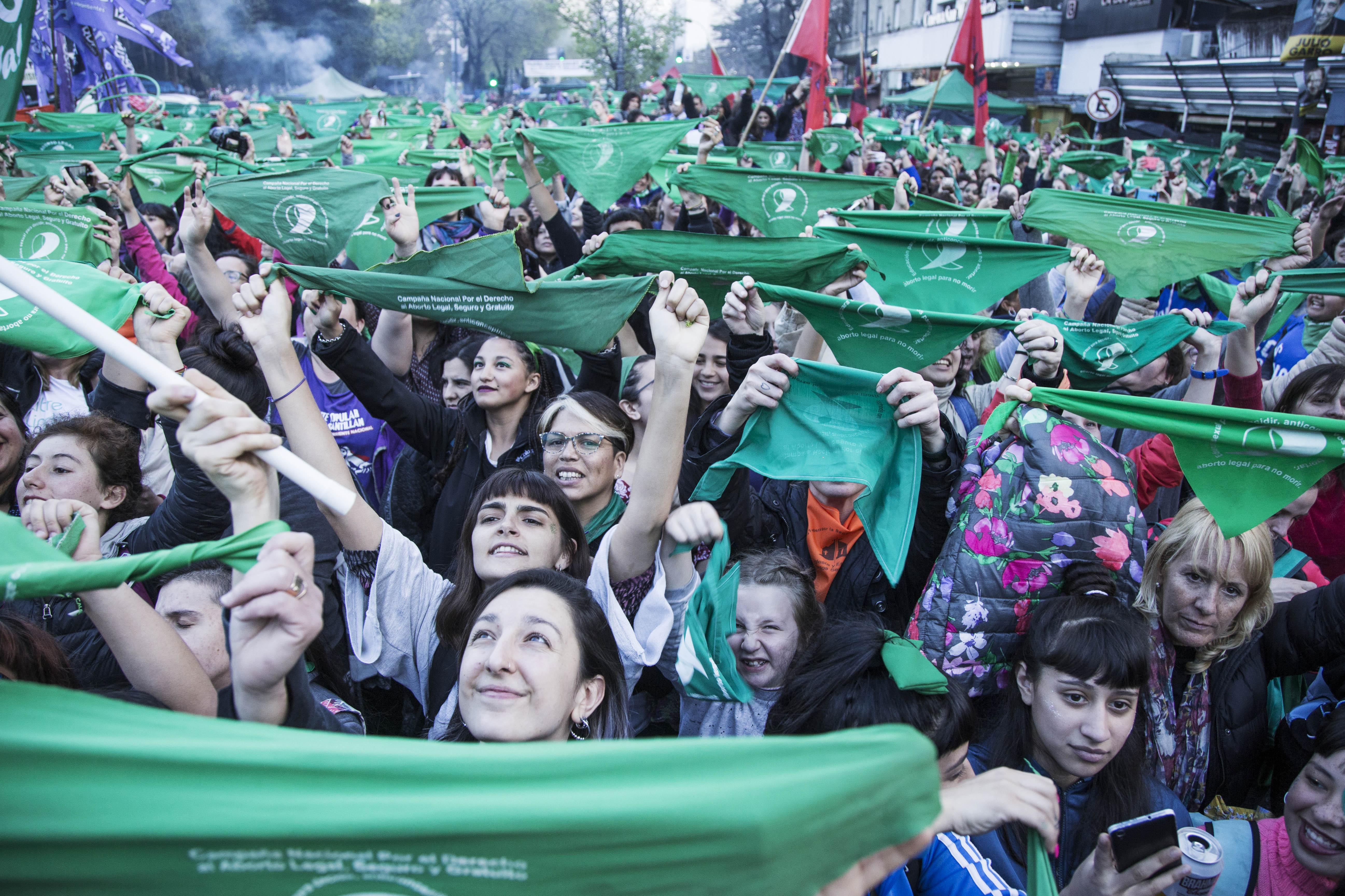 Mientras la marcha comenzaba, por plaza San Martín se iban cientos de mujeres de pueblos originarios a sus columnas
