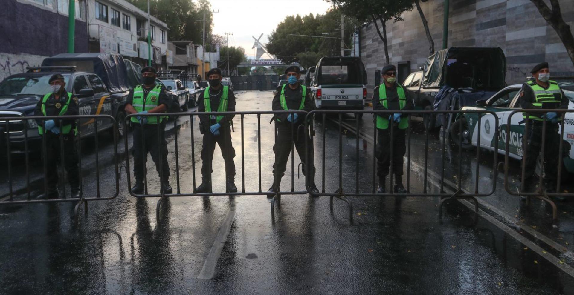 Elemento de la Secretaria de Seguridad Ciudadana resguardaron la Representación de Cristo en el Santuario La Cuevita, alcaldía Iztapalapa (Foto: Graciela López/Cuartoscuro)