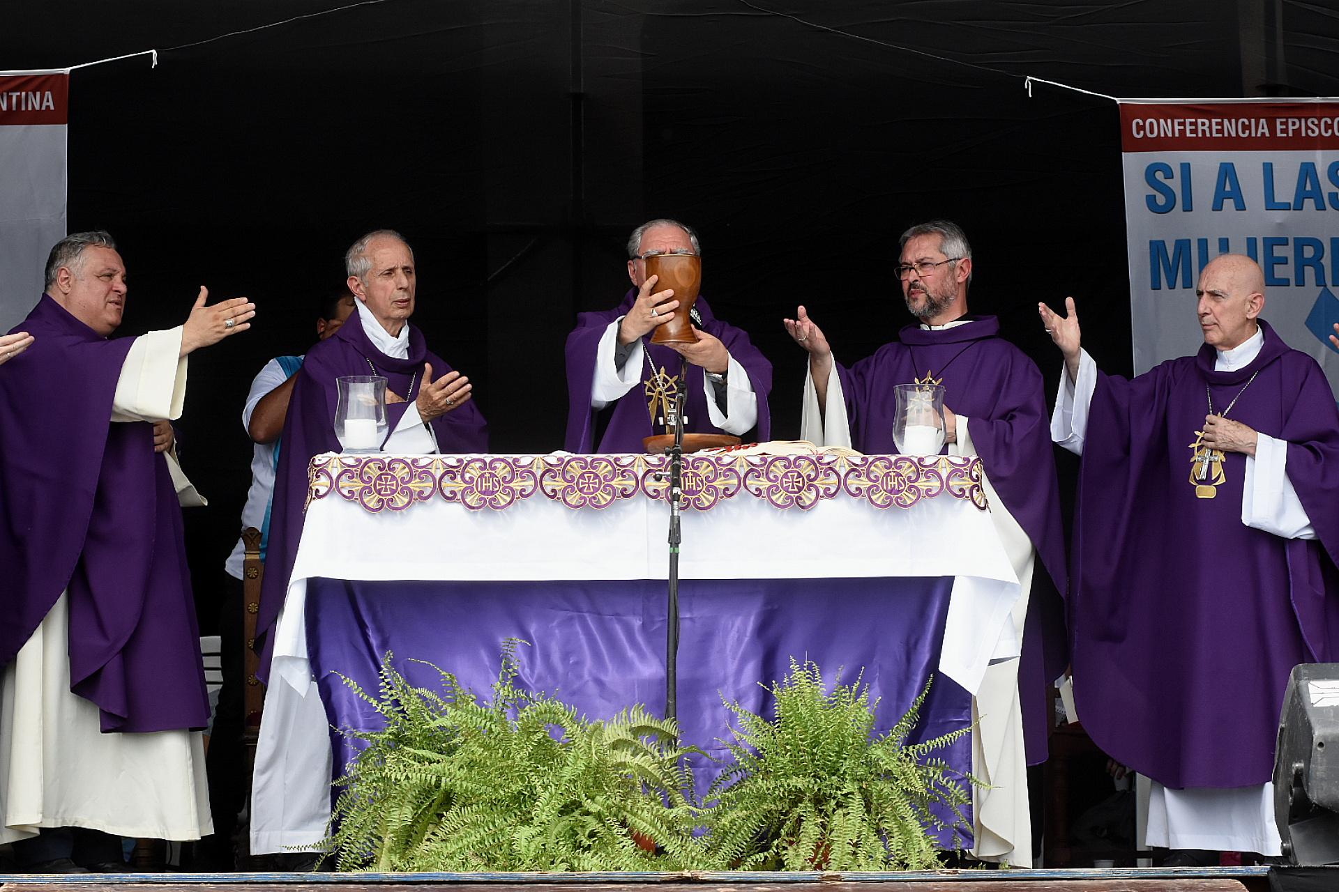 Monseñor Oscar Ojea, flanqueado por Mario Poli, arzobispo de Buenos Aires, y por Jorge Eduardo Scheinig, arzobispo de Mercedes-Luján