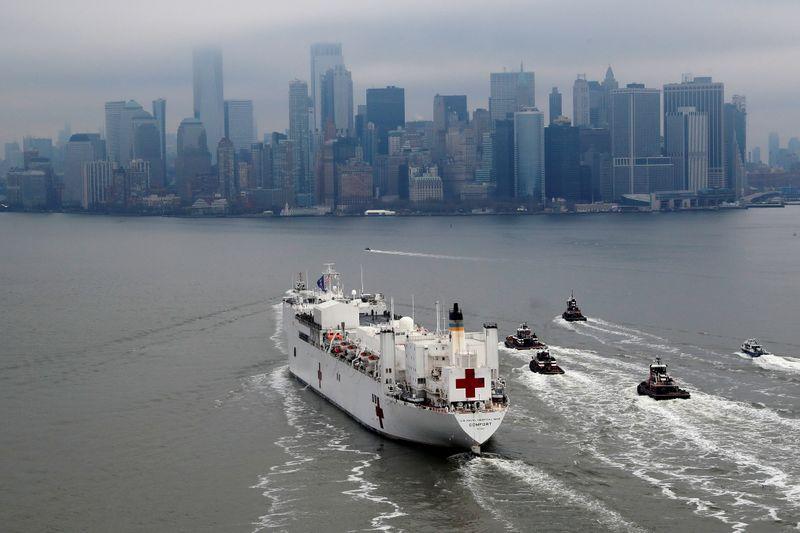 El buque en su ingreso al Puerto de Nueva York, en medio del brote coronavirus