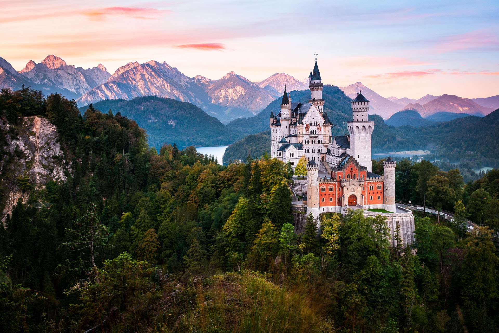El Castillo de Neuschwanstein es una construcción de ensueño rodeada por un hermoso paisaje que inspiró al mismísimo Walt Disney para la creación del castillo de la Bella Durmiente. Se ubica a 130 km de Munich, Alemania