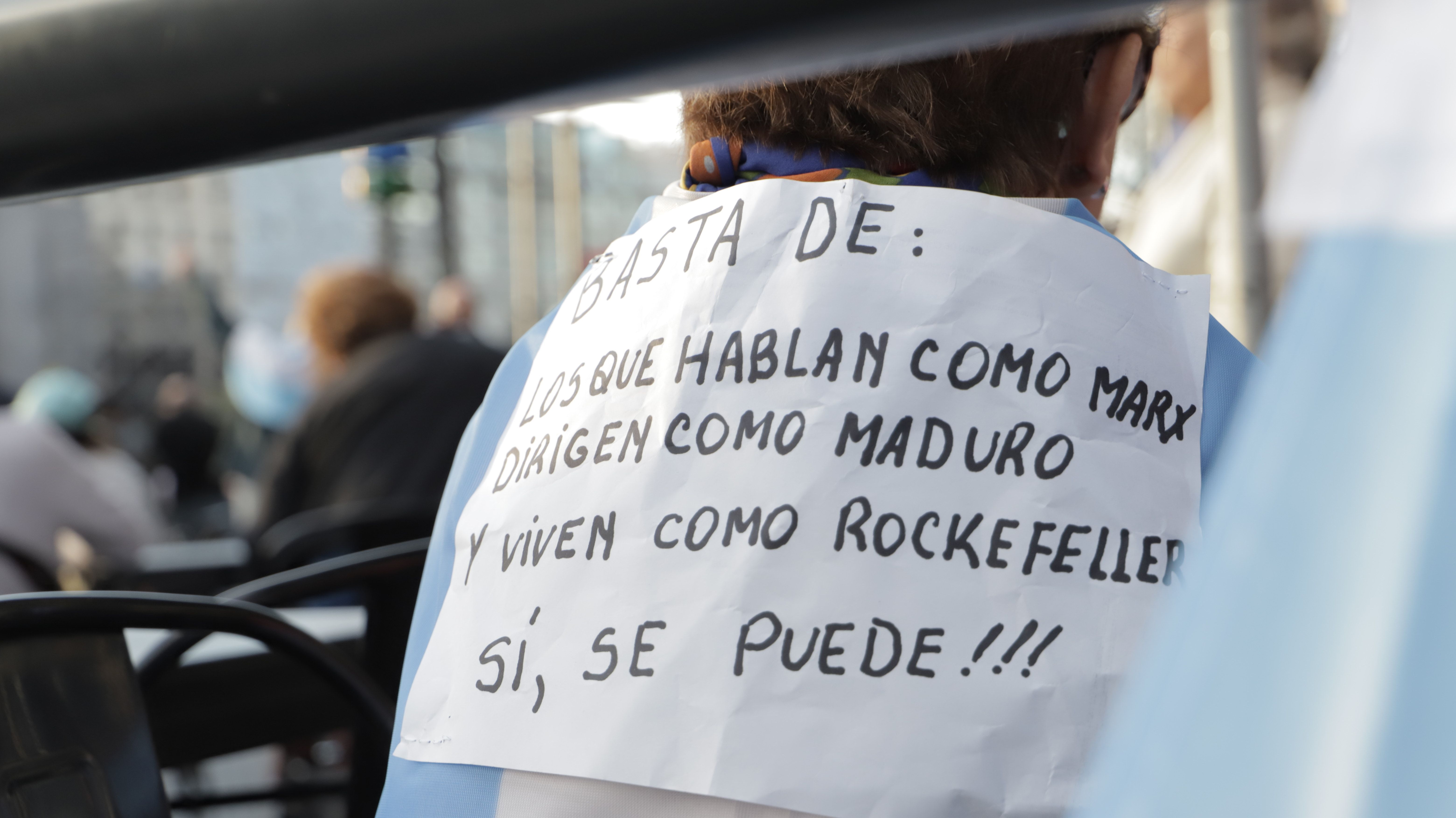 La recurrente alusión a Venezuela y a la corrupción, en alusión al kirchnerismo, en el cartel de un manifestante
