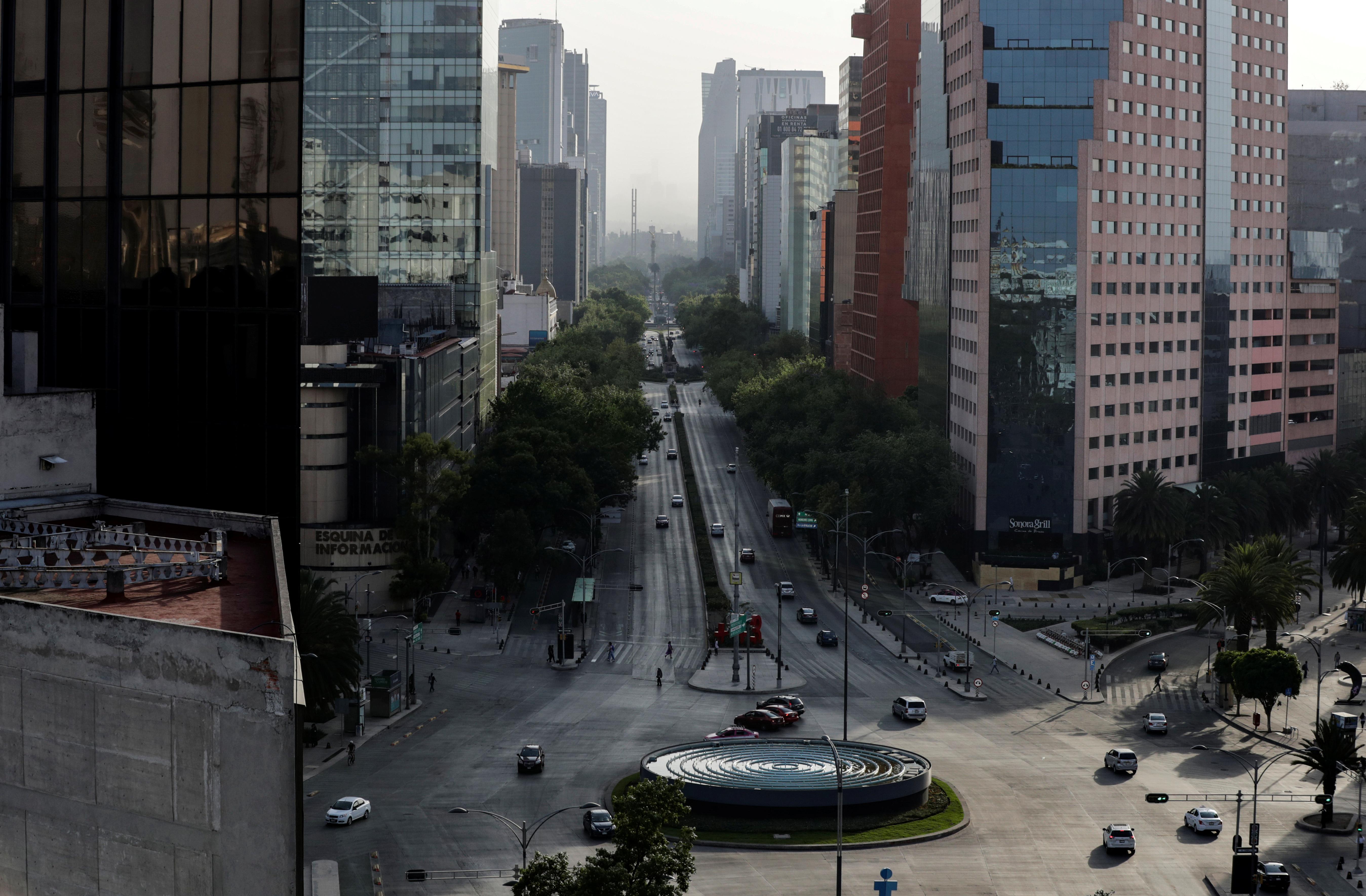 Una vista general muestra la Avenida Reforma parcialmente vacía, en la Ciudad de México, México, 31 de marzo de 2020.