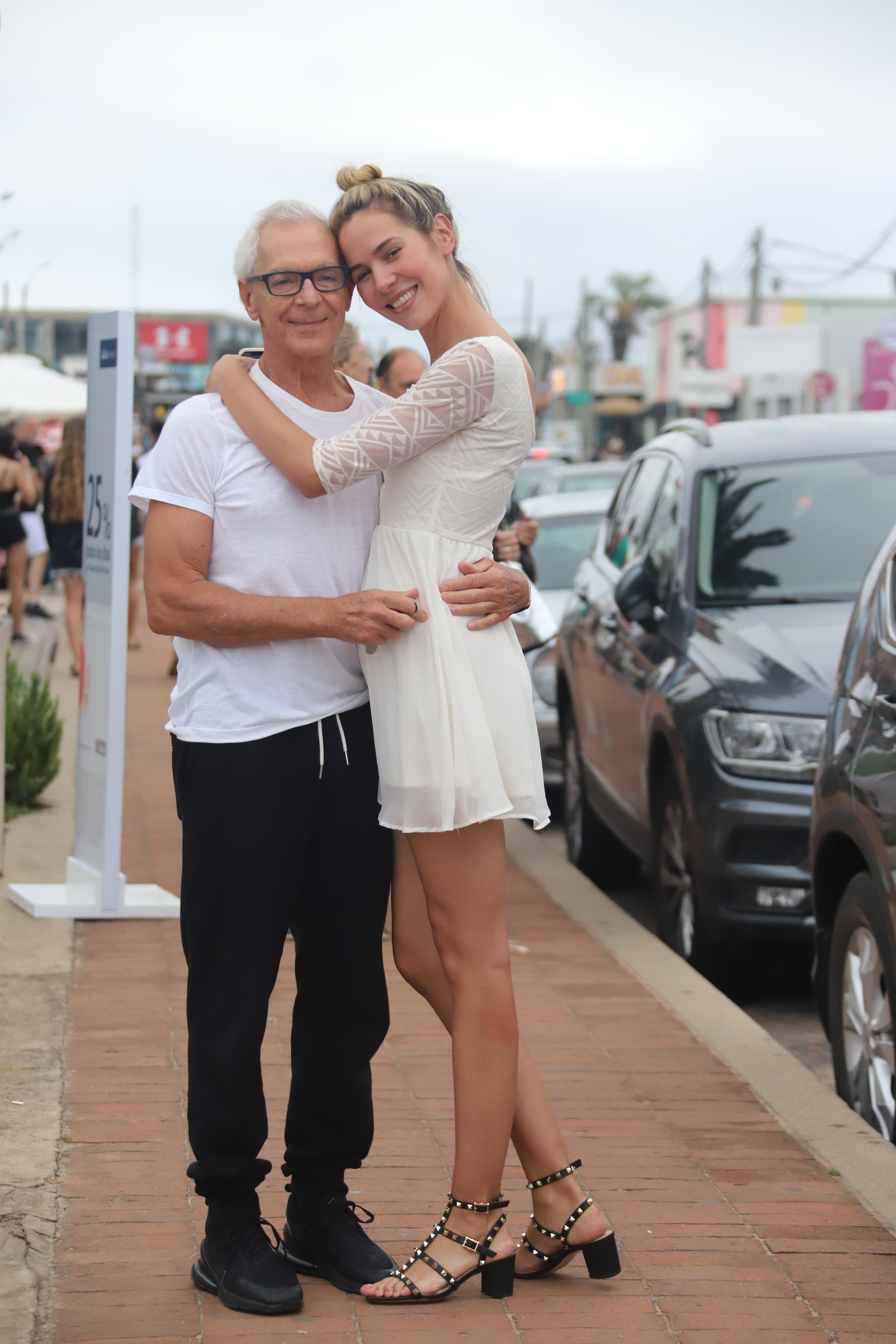 Elina Fernández Fantacci eligió un vestido blanco para un paseo por La Barra junto a Eduardo Costantini