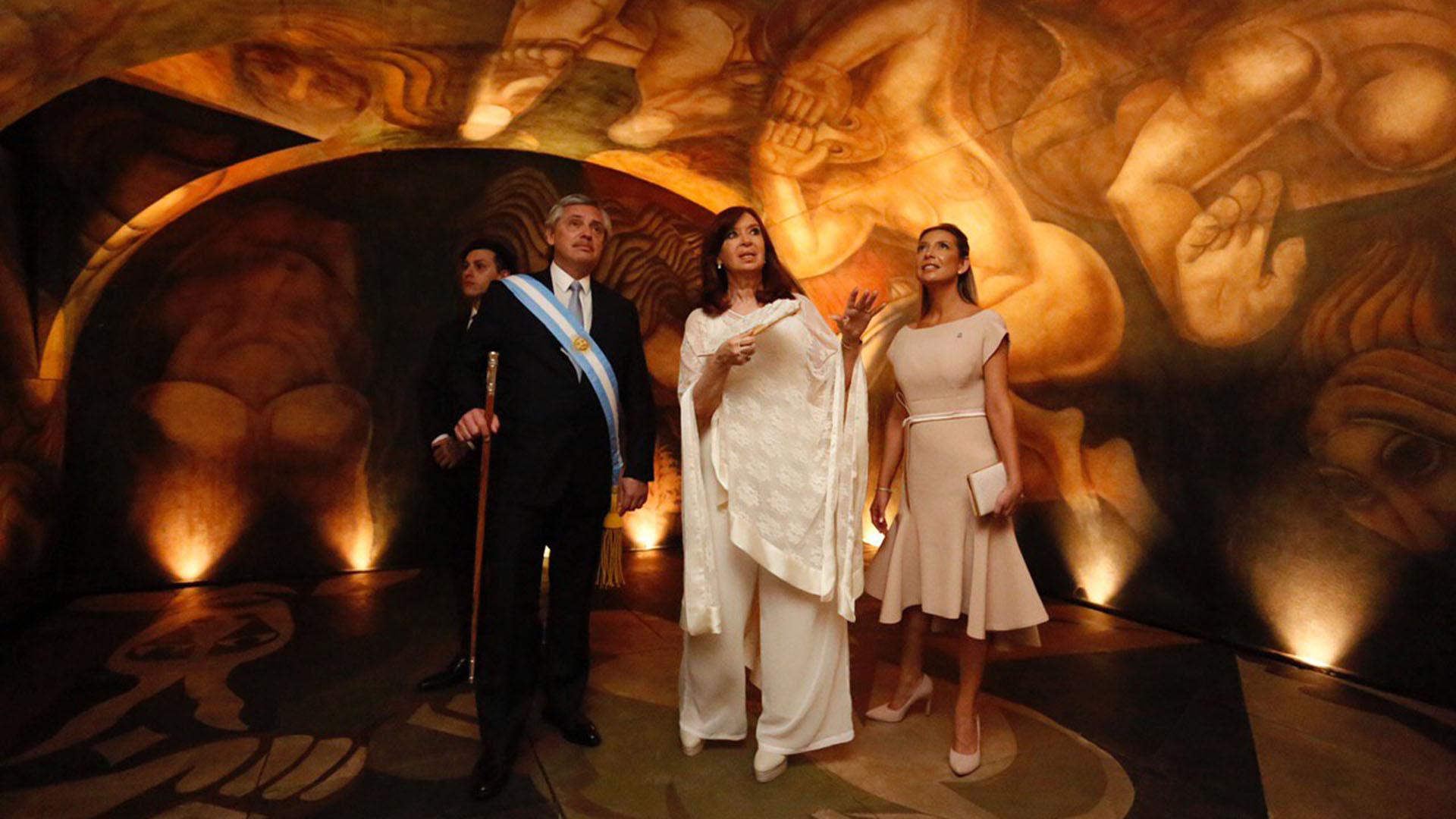El presidente Alberto Fernandez, junto a su vice Cristina Kirchner y la primera dama Fabiola Yañez en el Museo del Bicentenario