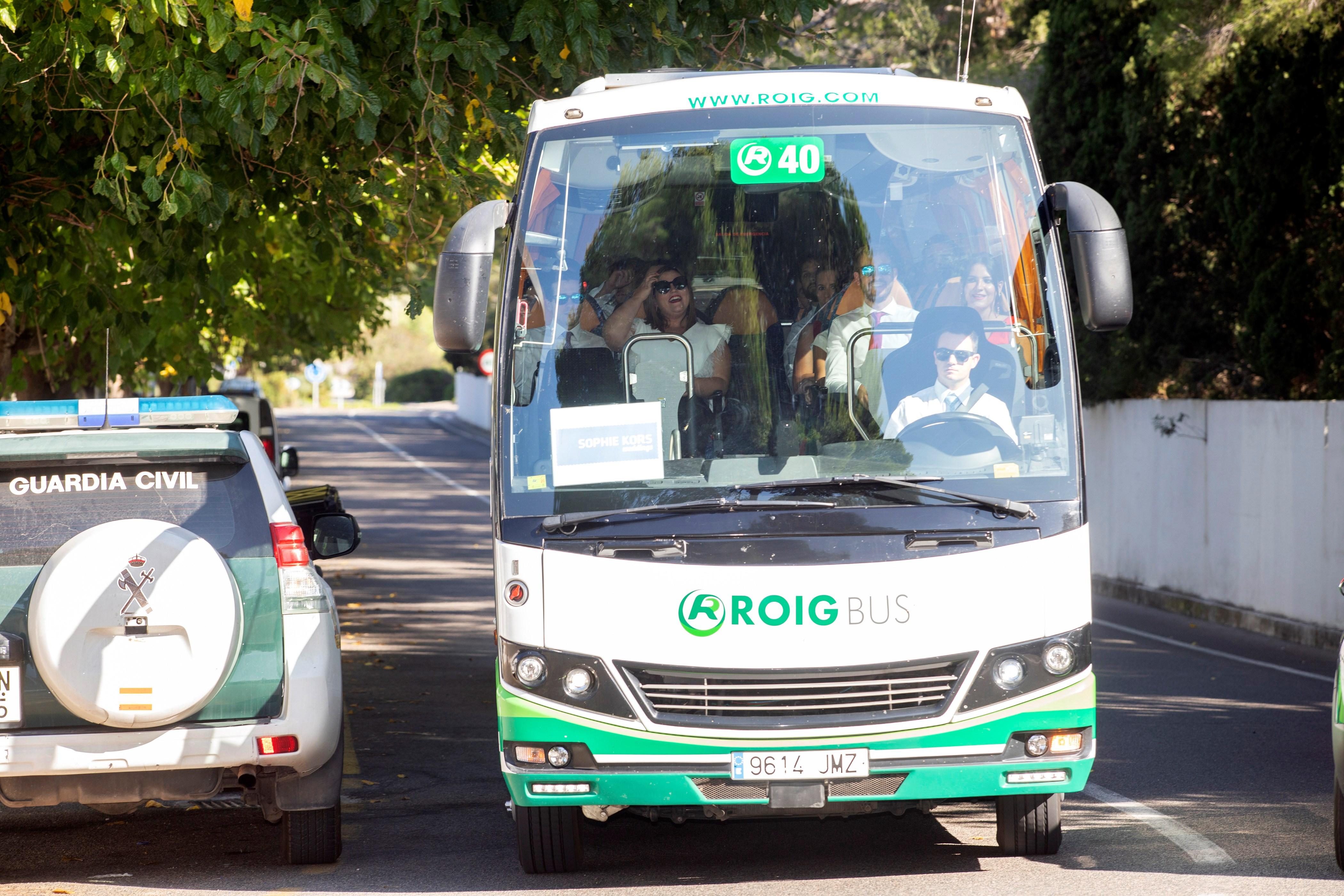 Llegada de los autobuses con invitados a la boda de Rafa Nadal y Mery Perelló, a sa Fortalesa, la finca situada en la península de Punta Avançada, en Pollença EFE/ Lliteres
