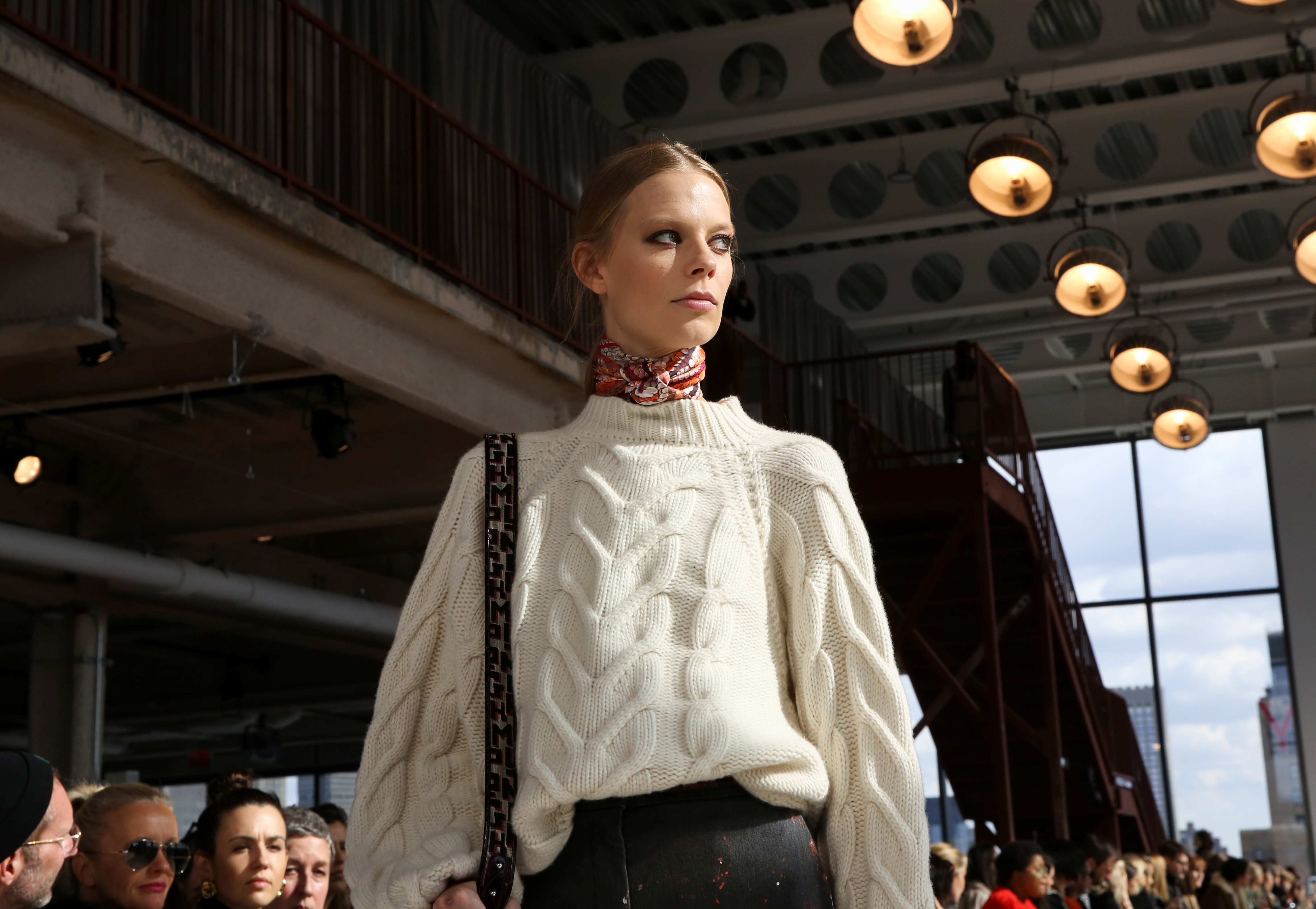 Los tejidos fueron protagonistas en la pasarela de Longchamp en una de las primeras jornadas del New York Fashion Week. Lexi Boling, es una de las modelos que es cara de la firma francesa