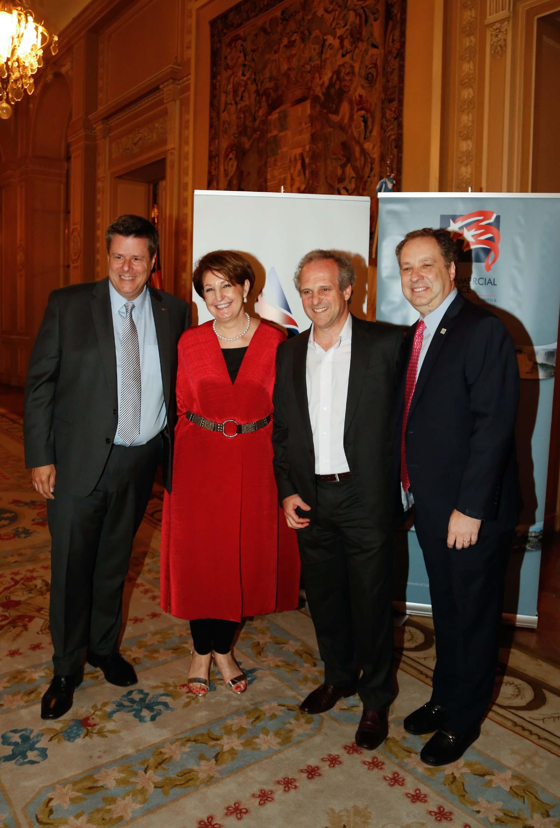 Federico Ovejero, vicepresidente de General Motors Argentina; MaryKay Carlson, Roberto Alexander y Christoff Poppe, director de Alianzas de United Airlines Argentina