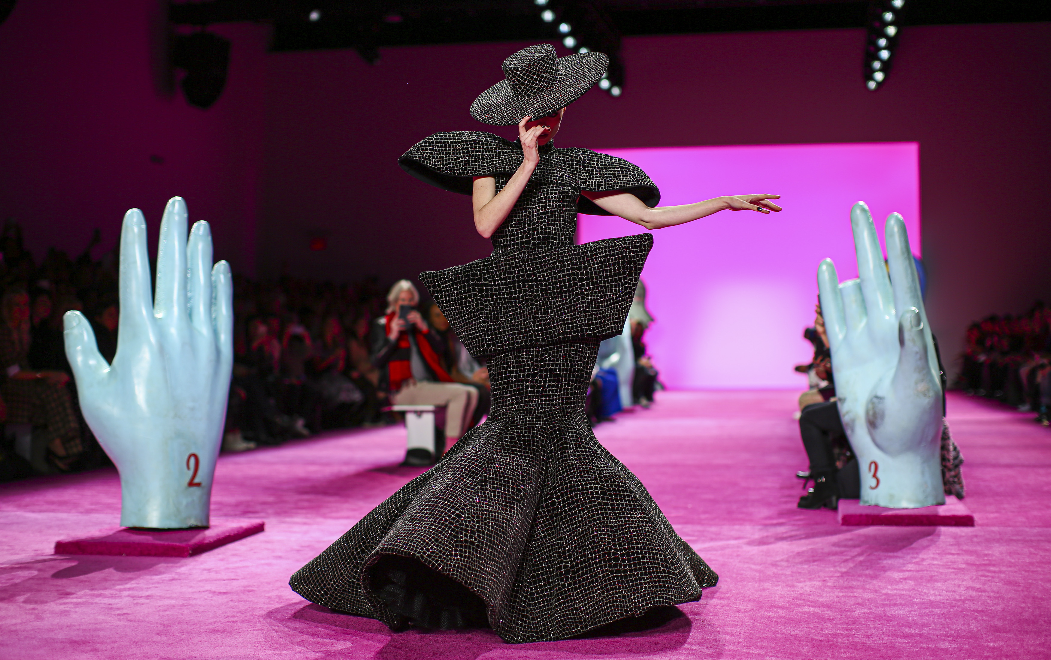 La modelo canadiense Coco Rocha presenta la creación de Christian Siriano durante el New York Fashion Week 2020