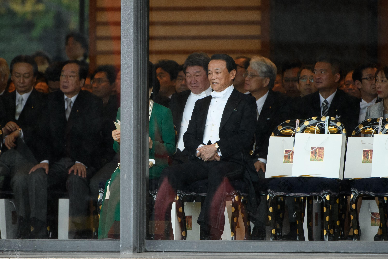 El ministro de finanzas de Japón, Taro Aso (centro), en la ceremonia de entronización del emperador japonés Naruhito (AFP)