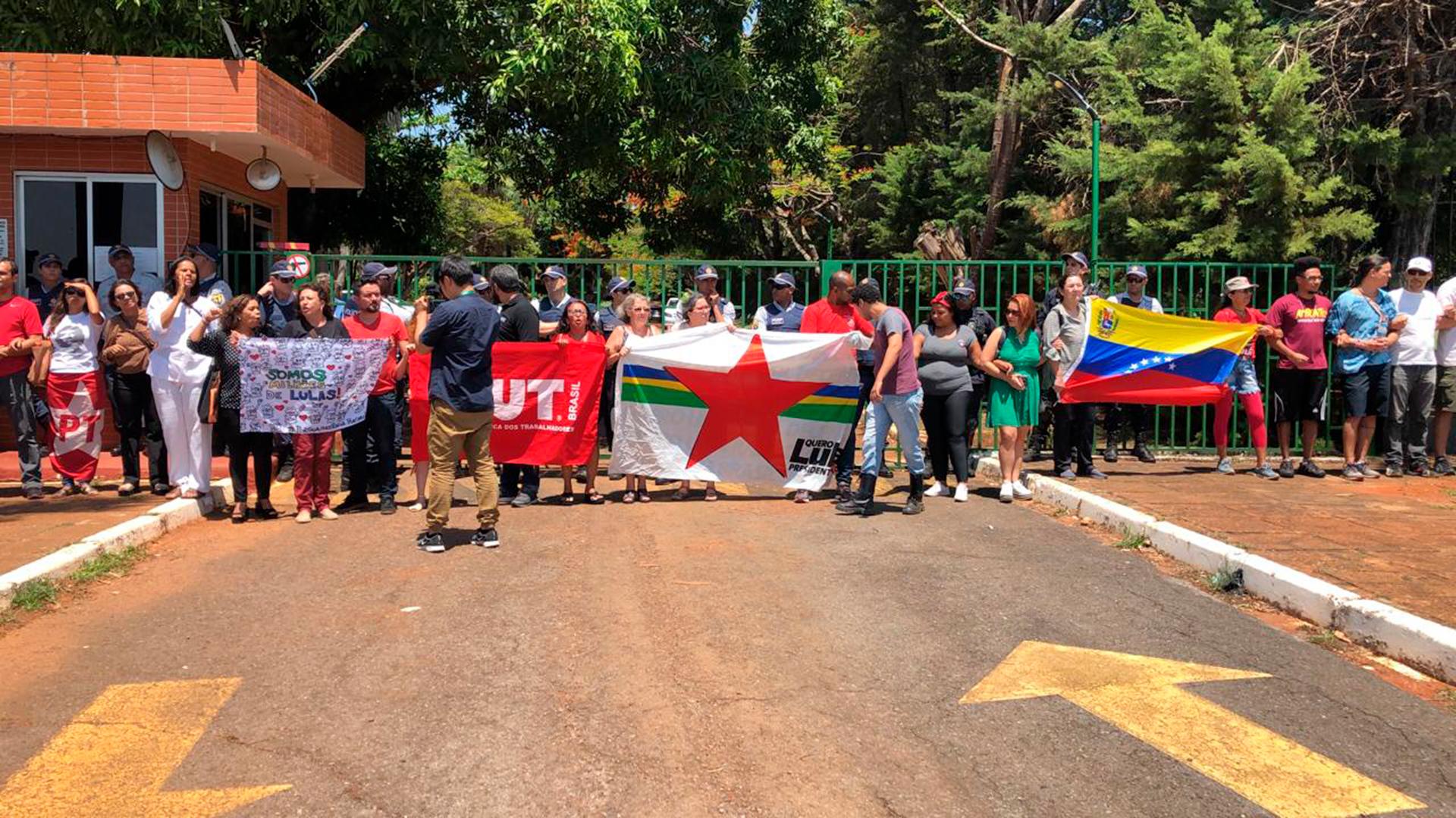 Los militantes del Partido de los Trabajadores de Brasil y seguidores de Nicolás Maduro bloquean la entrada a la embajada en Brasilia