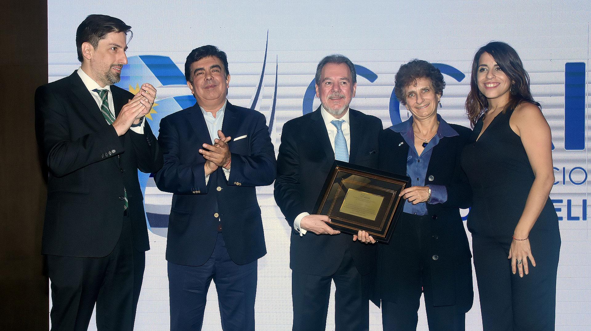 La embajadora de Israel, Galit Ronen, recibió una placa de reconocimiento de manos de Mario Montoto. En la foto, junto a Nicolás Trotta, Fernando Espinoza y Victoria Donda