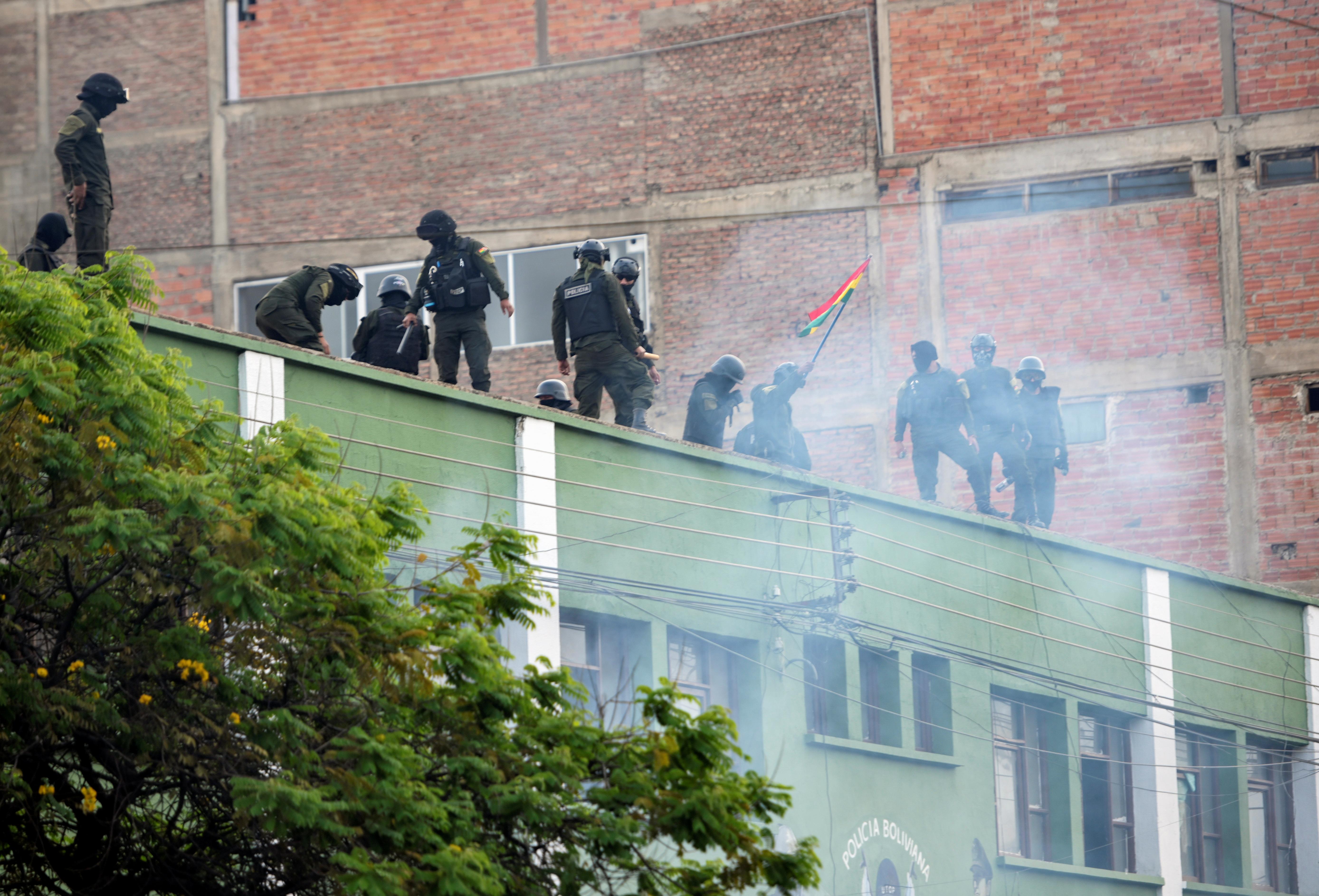 Policías en Cochabamba.