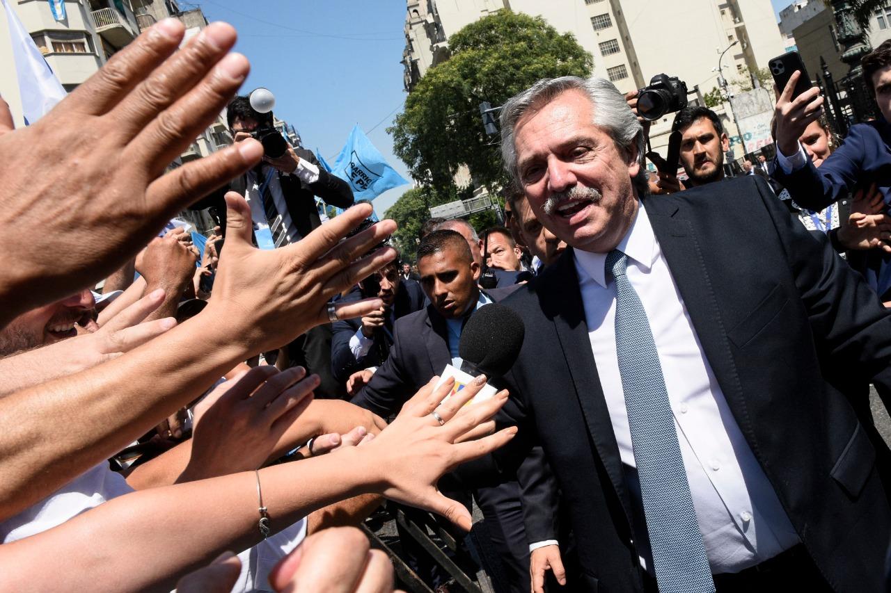 Alberto Fernández saluda a los militantes que siguieron su discurso desde la calle