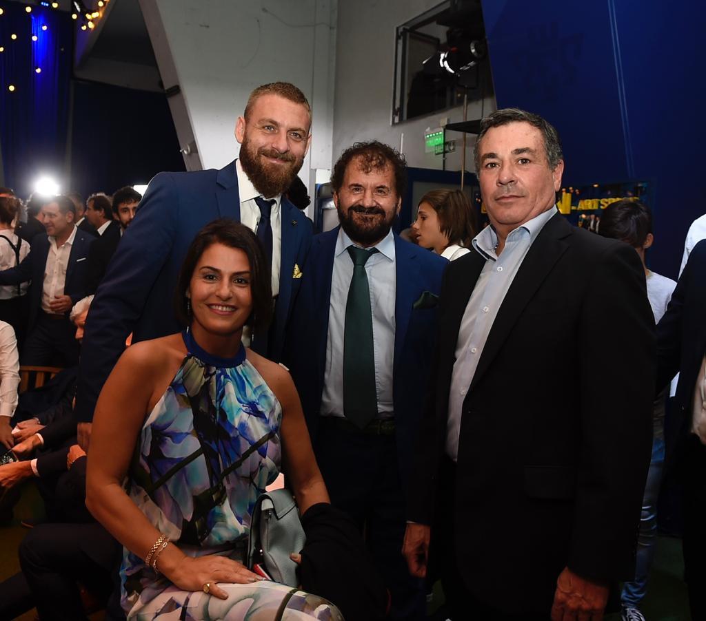 El Tano Daniele De Rossi fue uno de los más buscados por los hinchas que estuvieron presentes en la Cena Anual Solidaria de Boca (@BocaJrsOficial)