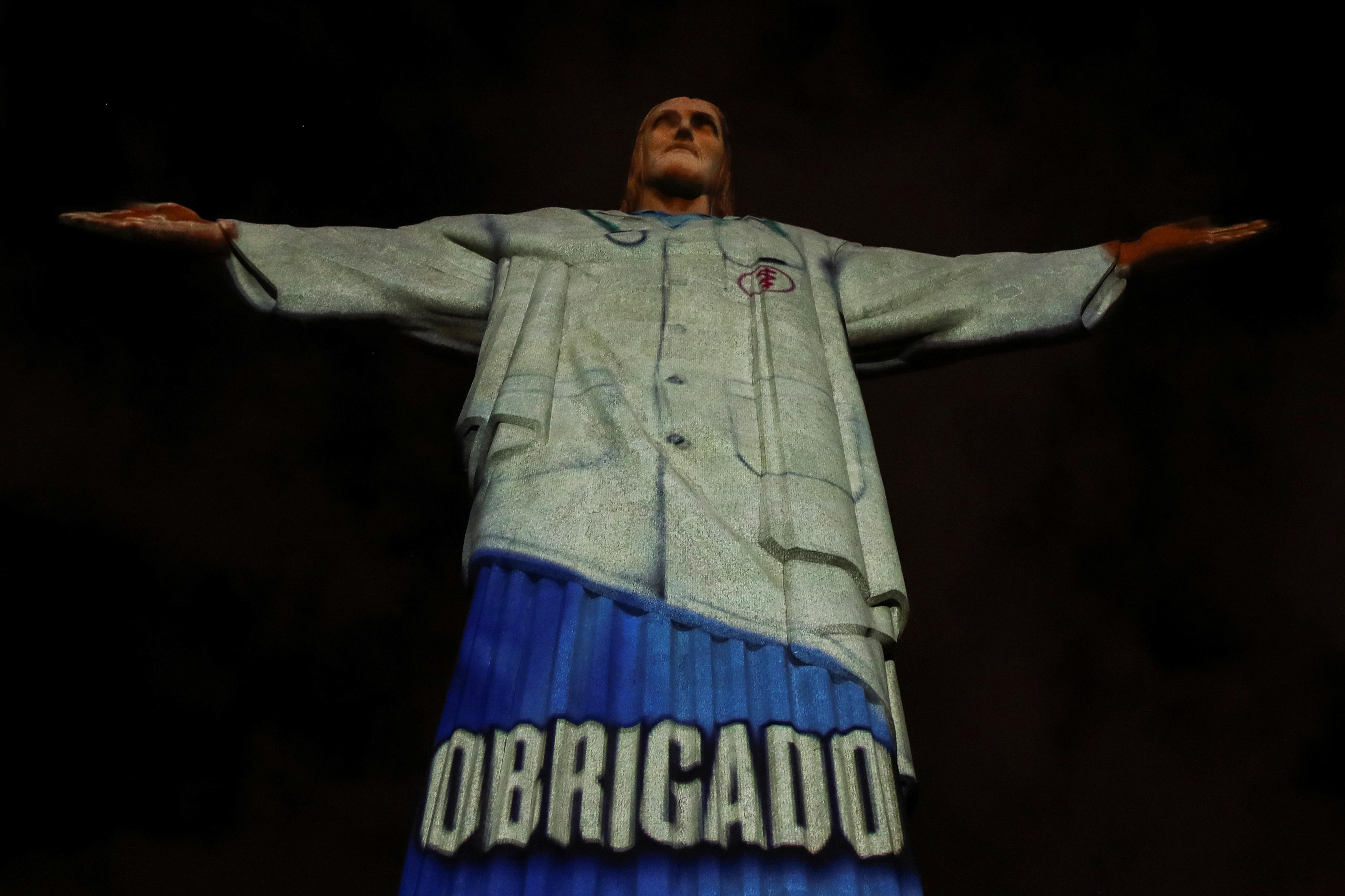El Cristo Redentor de Río de Janiero con mensajes de agradecimiento para los trabajadores sanitarios de todo el mundo (REUTERS/Ricardo Moraes)