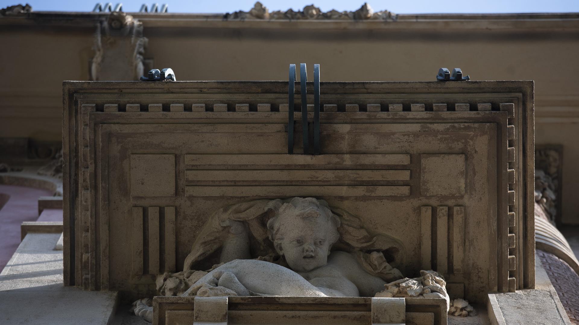 Este edificio era una casa de renta. Las dos entradas principales comparten un palier con 4 esculturas femeninas y la medianera está calada, de modo tal que se pueden ver las figuras de un palier a otro