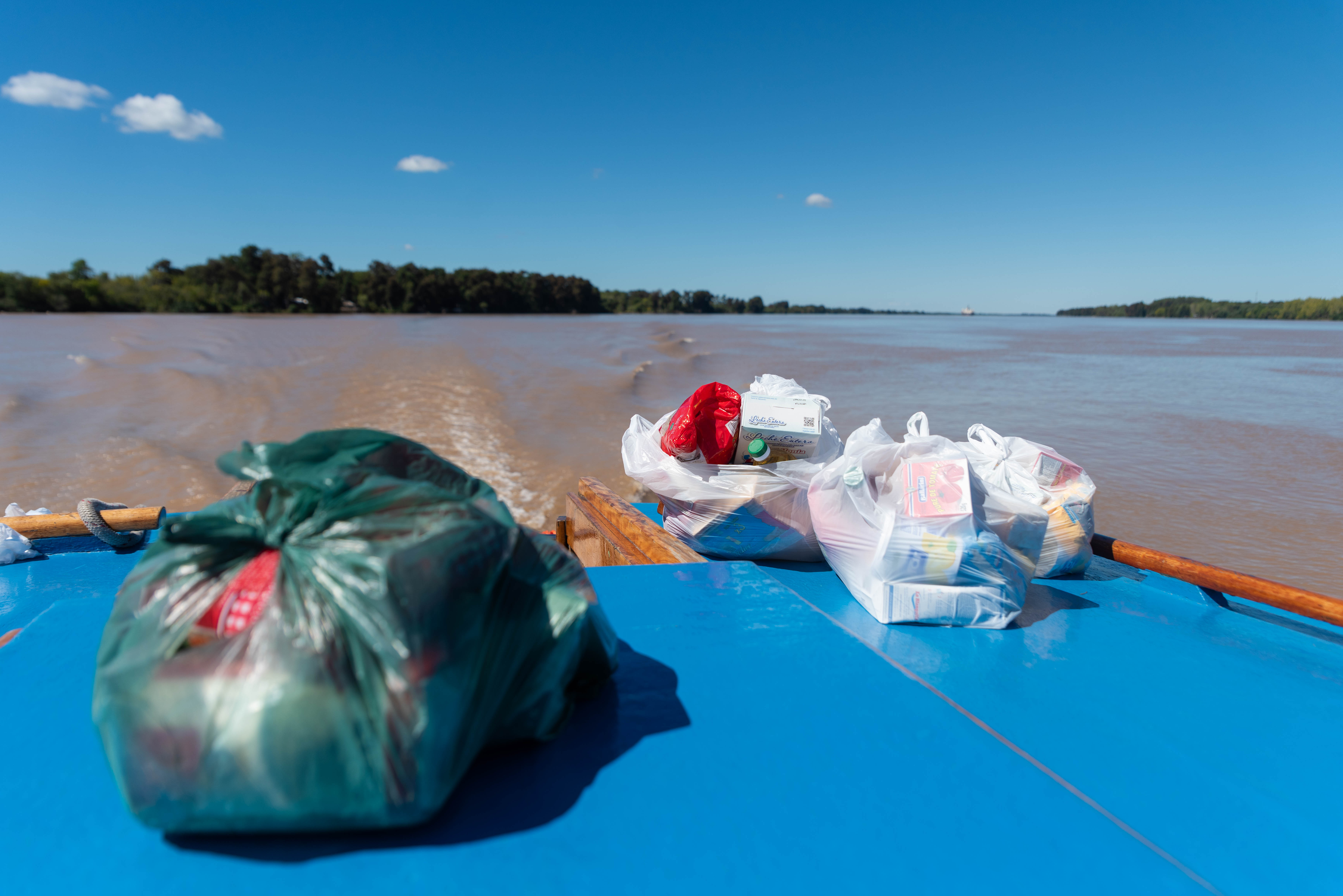 Los últimos kits a repartir fueron entregados al final del recorrido en el Río Paraná. (Foto: Franco Fafasuli)
