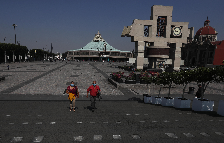 Los peregrinos salen de la Basílica de Guadalupe en la Ciudad de México, el domingo 22 de marzo de 2020.