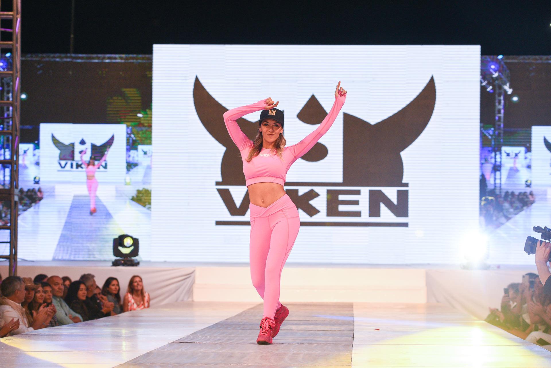 Floppy Tessouro, abrió la pasada de la marca deportiva Viken con un conjunto ideal para el invierno. De calzas largas y remera de mangas largas