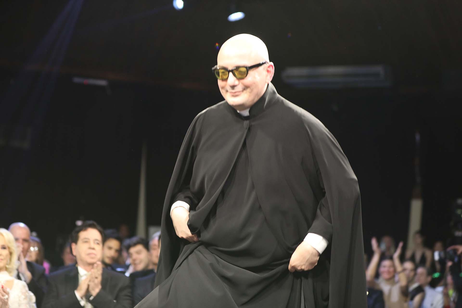 Pablo Ramírez -con un look sacerdotal- se llevó el premio como Mejor Diseñador de Alta Costura en una terna que compitió con Javier Saiach, Fabián Zitta, Gabriel Lage, Marcelo Giacobbe y Claudio Cosano