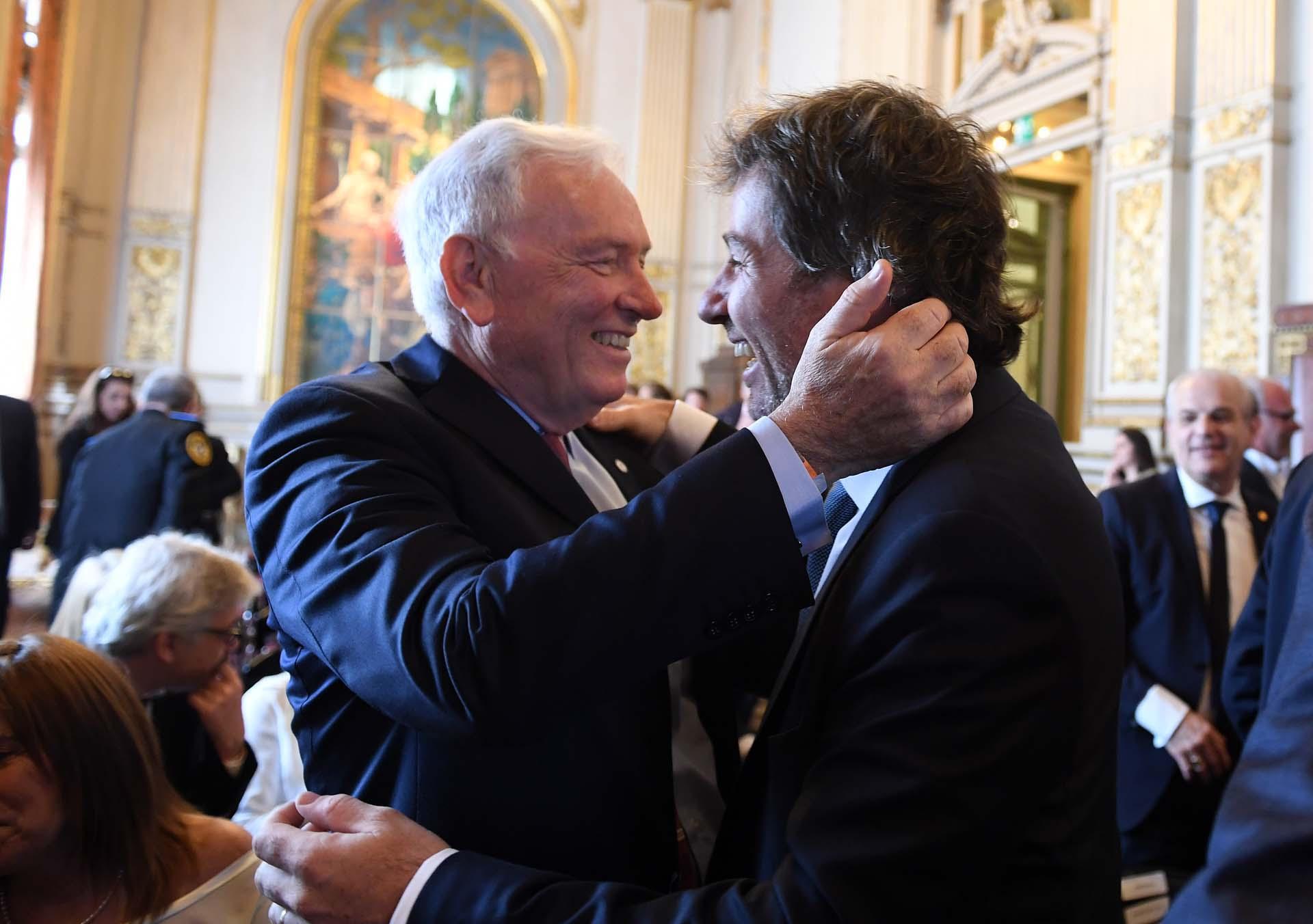 El camarista Carlos Mahiques saluda a su hijo y flamante fiscal general de la Ciudad