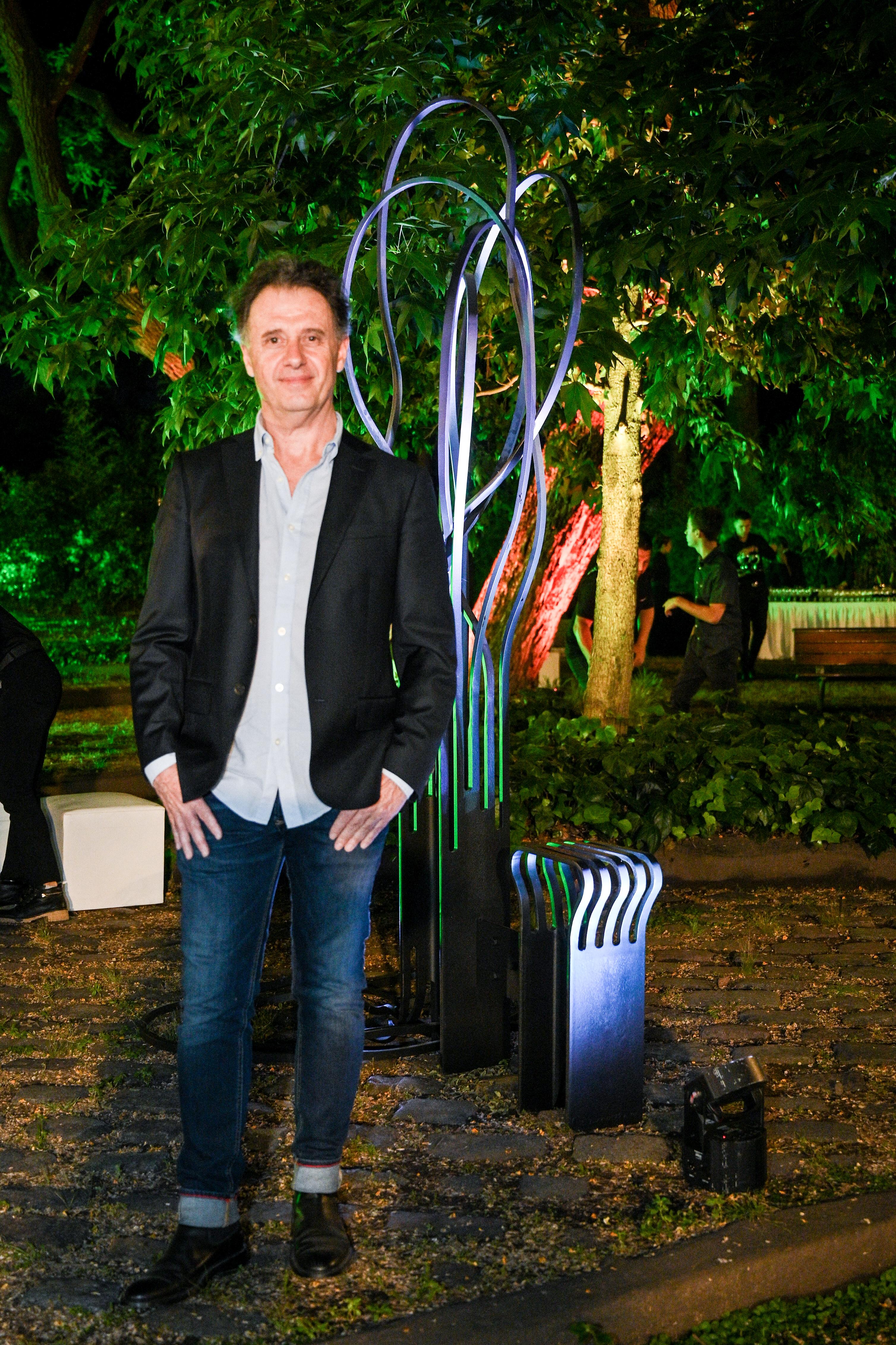 Pablo Reinoso, reconocido artista escultor franco-argentino, se radicó en París desde 1978, triunfando allí y en el mundo. Sus esculturas son mundialmente reconocidas y están ubicadas en las principales ciudades, como The Ark (2019) en Lincoln Square, Londres, Reino Unido; Pause Lapin (2018) en el Musée de Cluny en París, Francia; Gloriette (2010) en Beirut, Líbano, o Banc (2001) en Fukuroi, Japón