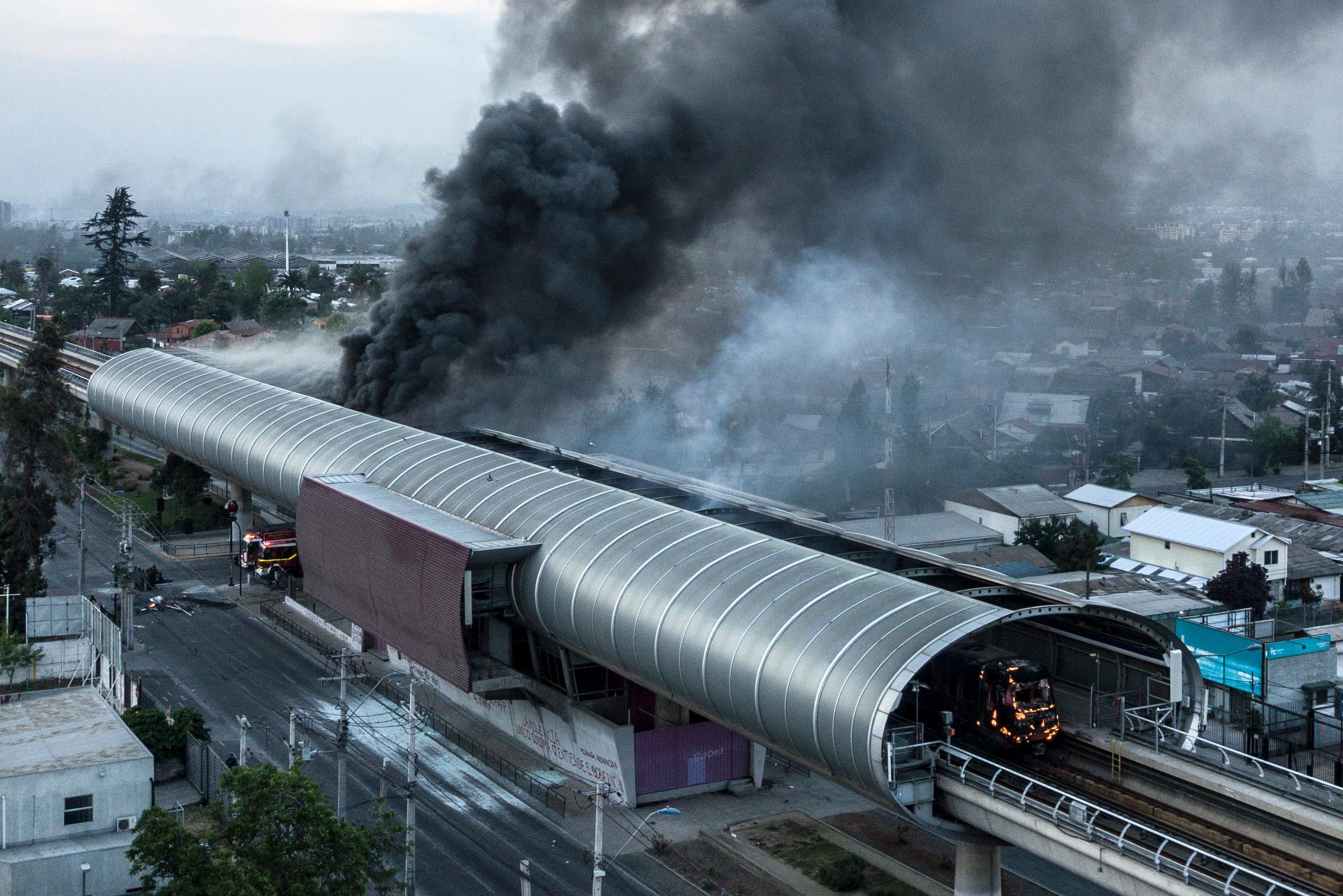 Vista aérea del humo de los incendios en la red de transporte