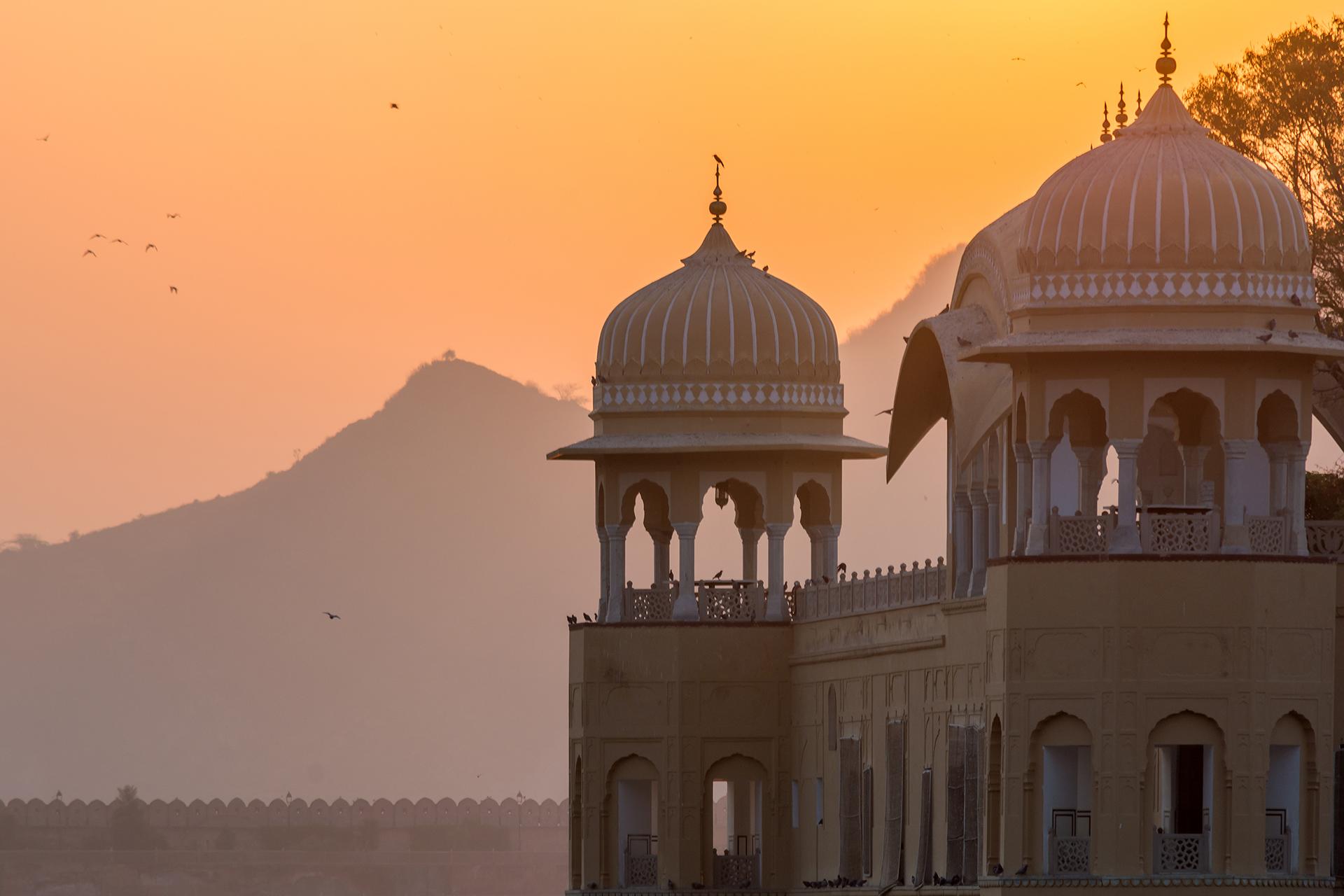 Jal Mahal es una inusual estructura. No es exactamente un palacio, ya que no hay cuartos habitables para quedarse. Lo que tiene es una terraza jardín en la que el maharajá daba agradables paseos