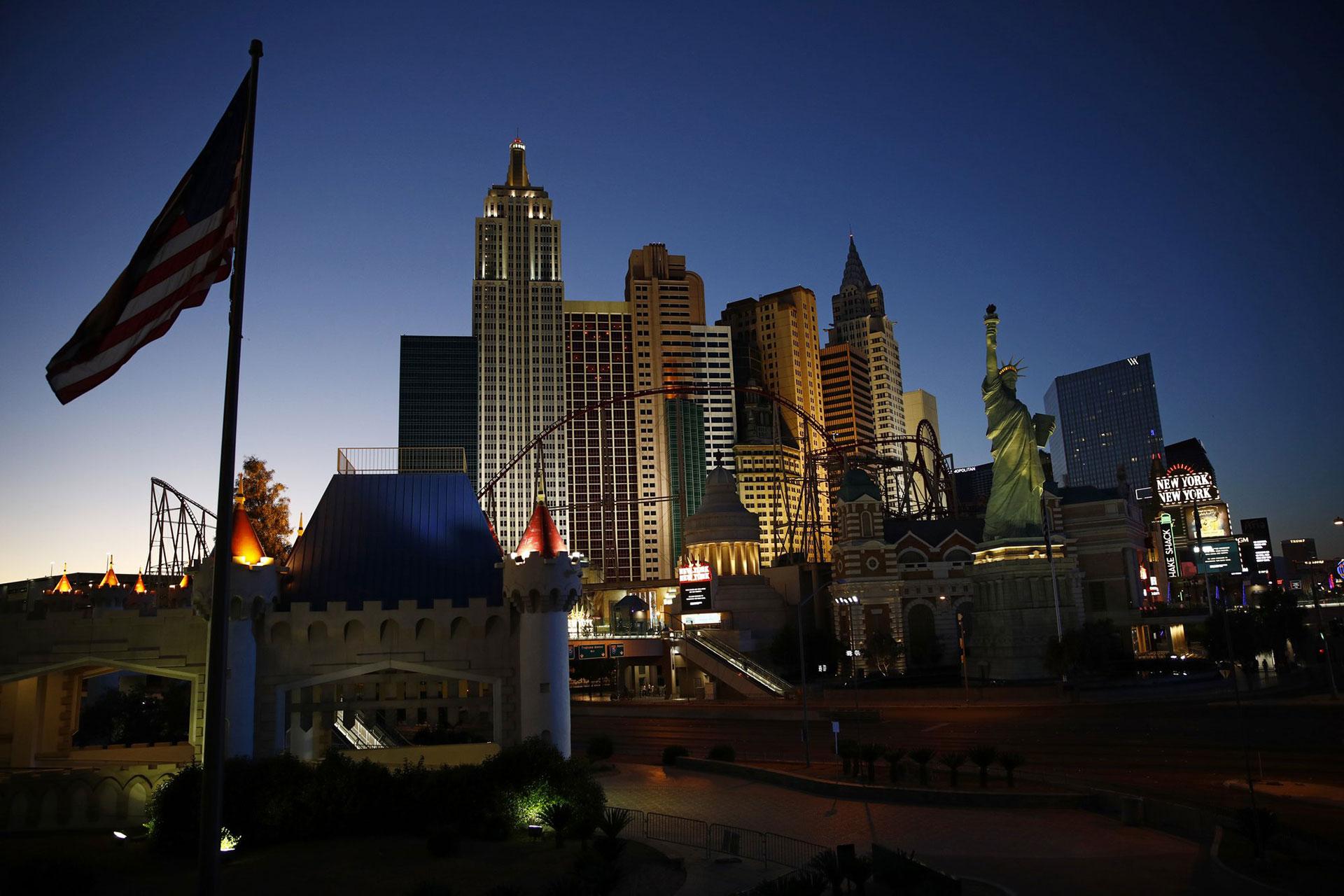 El sol se pone a lo largo del Strip de Las Vegas, desprovista de las multitudes y el tráfico habituales después de que los casinos y otros negocios continúen cerrados debido al coronavirus, el martes 28 de abril de 2020 (Foto AP / John Locher)