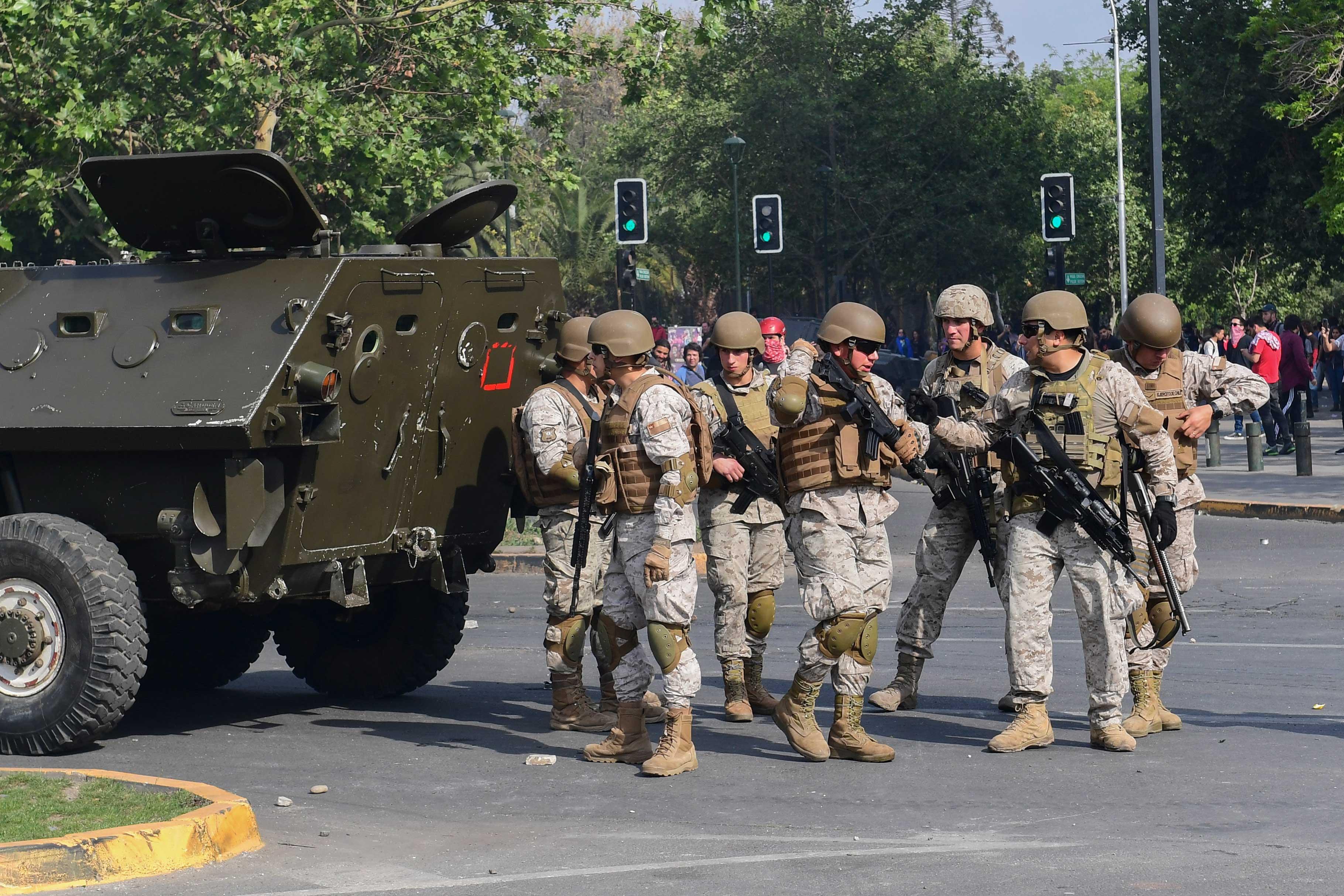 El militar designado al mando de la seguridad de la capital chilena desplegó a 500 militares para controlar los 16 ejes más importantes de la ciudad y patrullar las zonas conflictivas